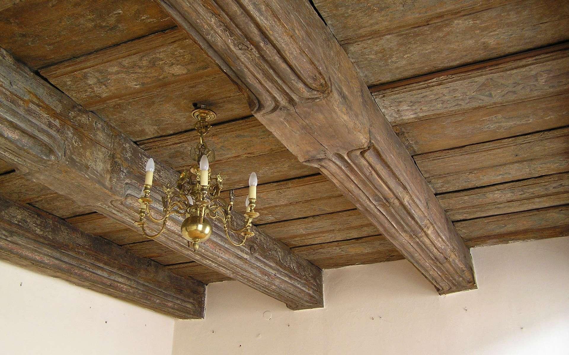 La poutraison est l'ensemble des poutres qui soutient une charpente ou un plancher. Ici une poutraison en bois. © Pko, CC BY SA 2.5, Wikipedia Commons