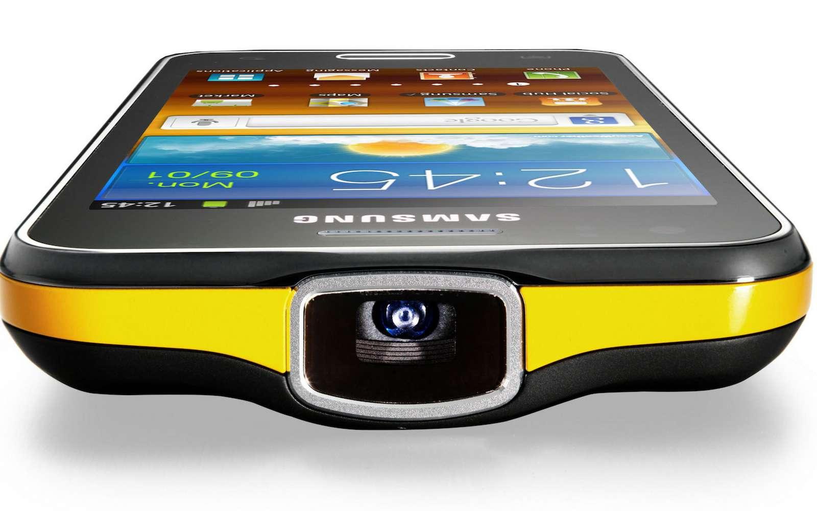 Plutôt que d'intégrer son picoprojecteur à l'intérieur du smartphone, Samsung a décidé d'en faire un accessoire externe, sans fil. © Samsung
