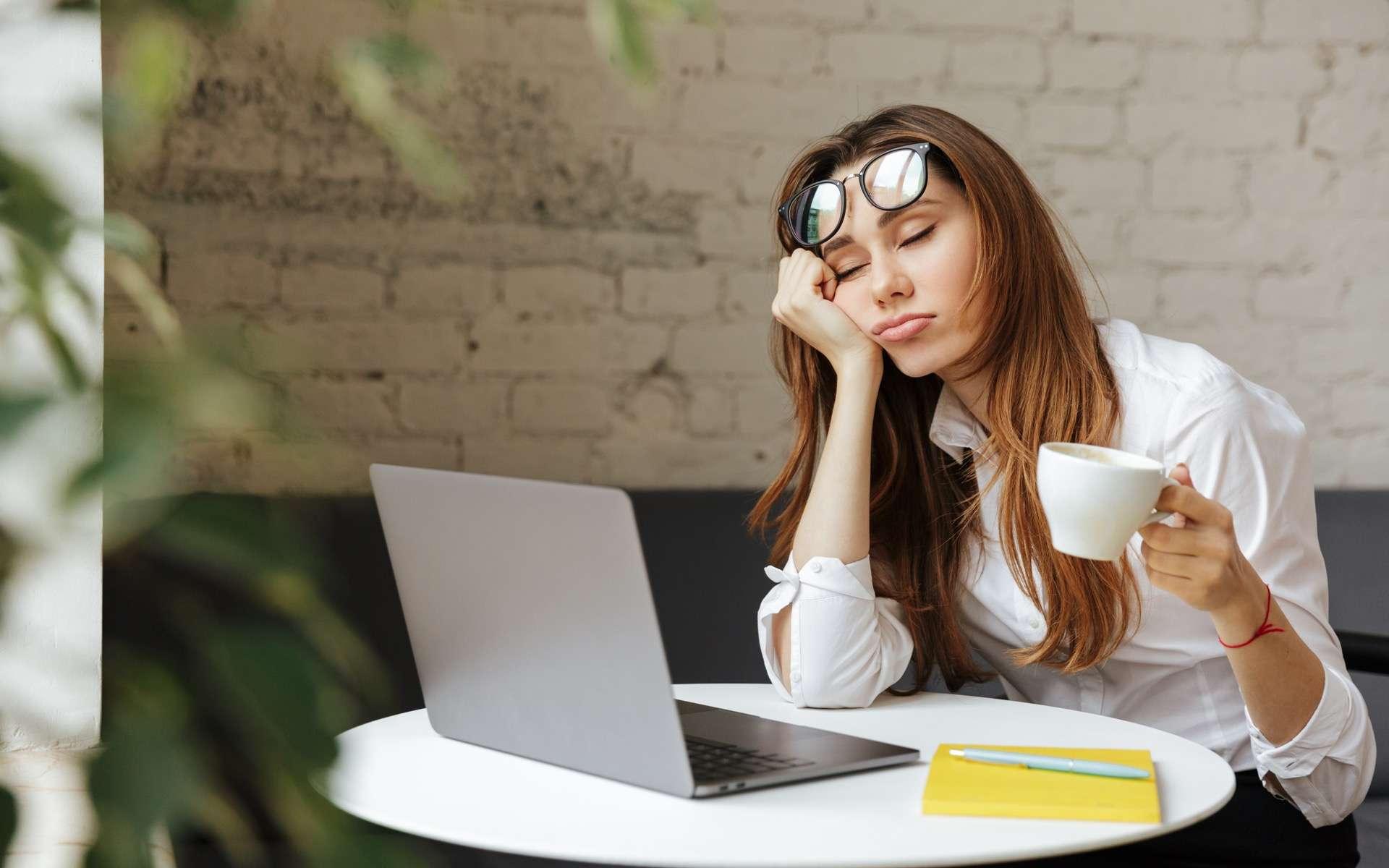 Se lever du pied gauche ou somnoler toute la matinée ? Et si la solution dépendait du choix du type de sonnerie. © Drobot Dean, Adobe Stock