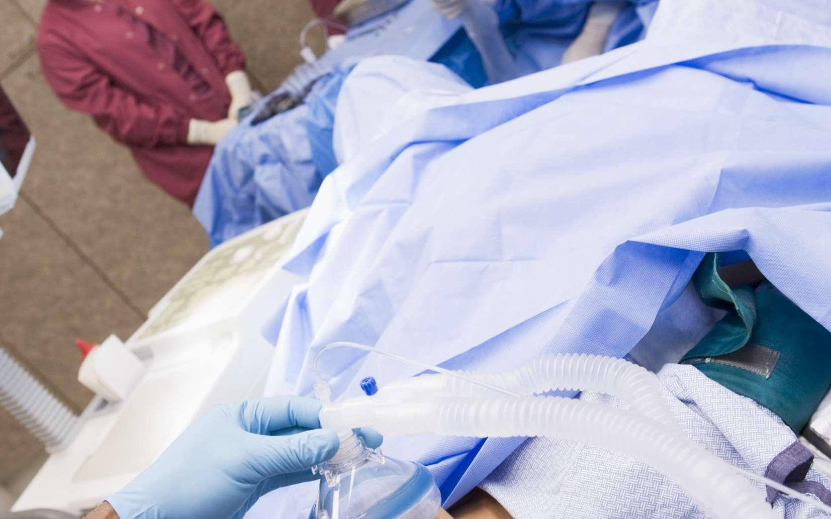 Les narcotiques servent à endormir le patient avant certaines opérations chirurgicales. © Phovoir