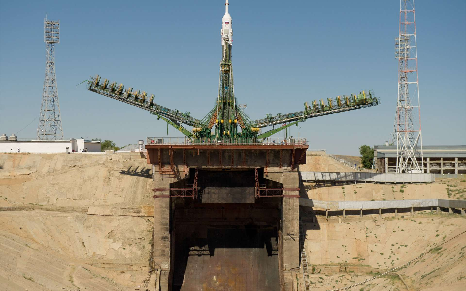 Seul système de transport spatial capable d'envoyer des Hommes dans l'espace depuis le retrait des navettes, le lanceur Soyouz et la capsule TMA-05M sont en place sur le pas de tir de Baïkonour. © Carla Cioffi, Nasa
