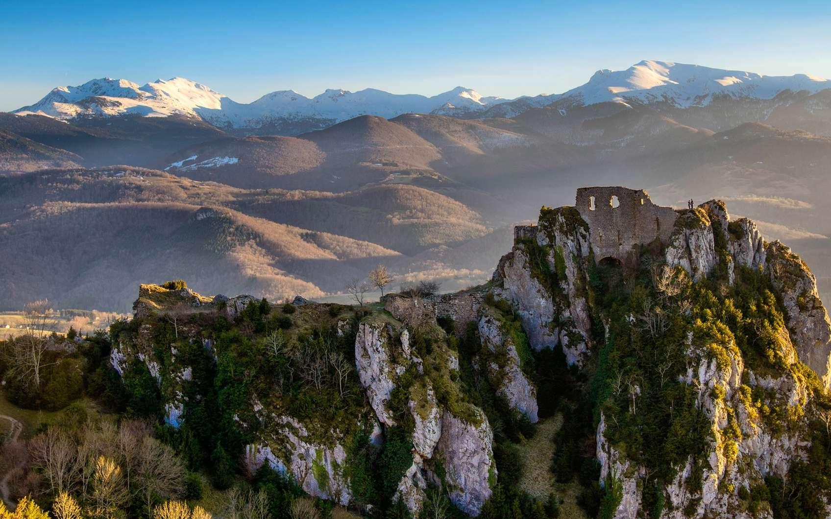 Ruines du château de Roquefixade. À l'arrière-plan, les Pyrénées. © Pat on stock, fotolia