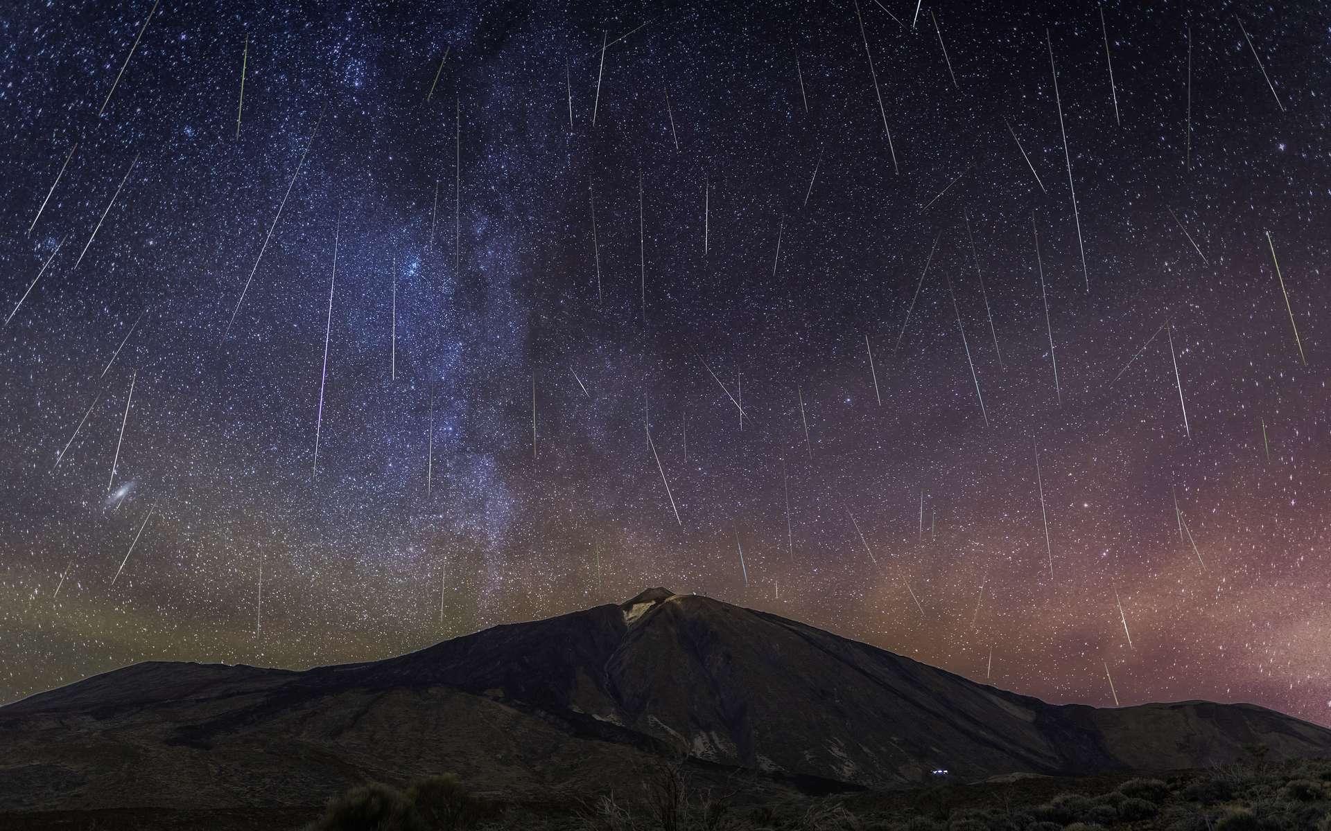 Les étoiles filantes qui nous font rêver sont le produit de l'entrée dans l'atmosphère de notre Terre de micrométéorites. Certaines arrivent jusqu'au sol. Et ce sont elles que des chercheurs du CNRS ont traquées dans la neige de l'Antarctique pendant vingt ans. Ci-dessus, pluie de météores au-dessus du volcan Teide. © vicenterbosch, Adobe Stock
