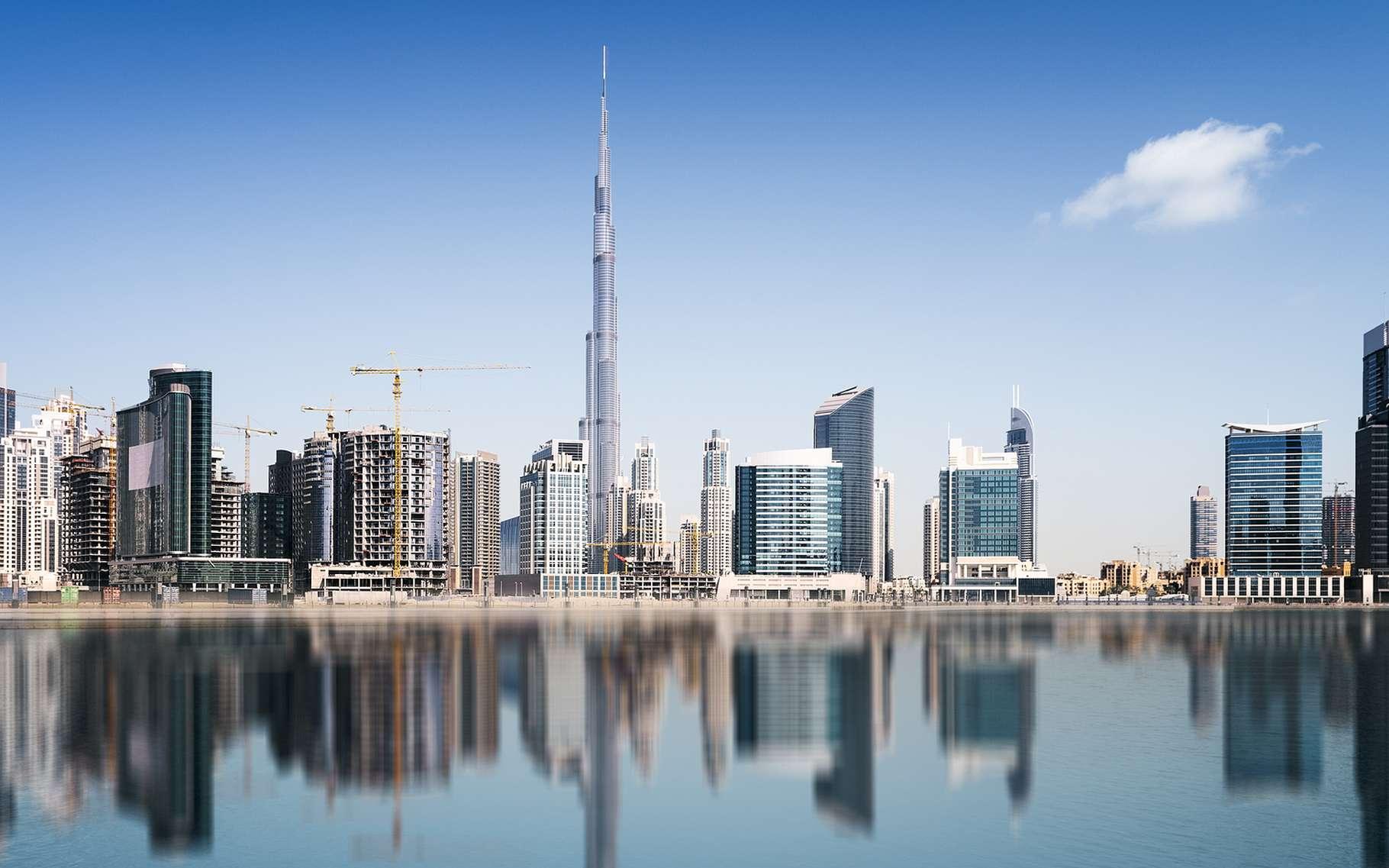 La Burj Khalifa, à Dubaï, mesure 828 mètres. C'est actuellement la tour la plus haute du monde mais elle devrait être battue par la Kingdom Tower. © ventdusud, Shutterstock