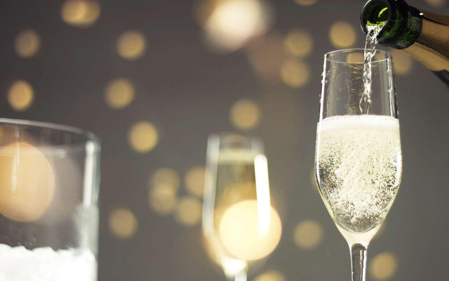 Dans un verre parfaitement propre, le champagne ne ferait pas de bulle. © Anastasia, fotolia