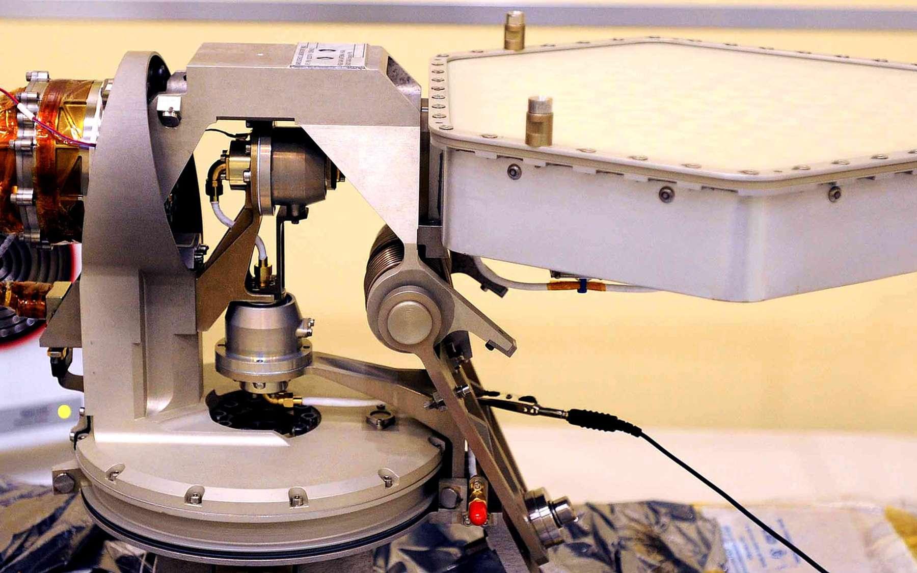 Modèle de vol de l'antenne à gain élevé construite par l'industrie spatiale espagnole qui sera installée sur le rover martien Curiosity. Crédits Astrium Spain