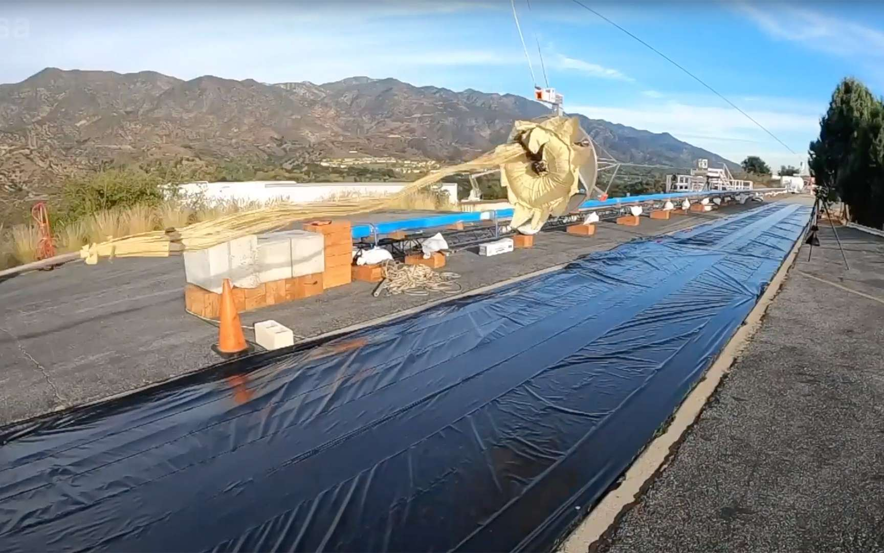 Tests d'extraction des parachutes après les modifications recommandées par la Nasa et le JPL. Ces tests ont été réalisés sur un banc de test du JPL. © Nasa, JPL