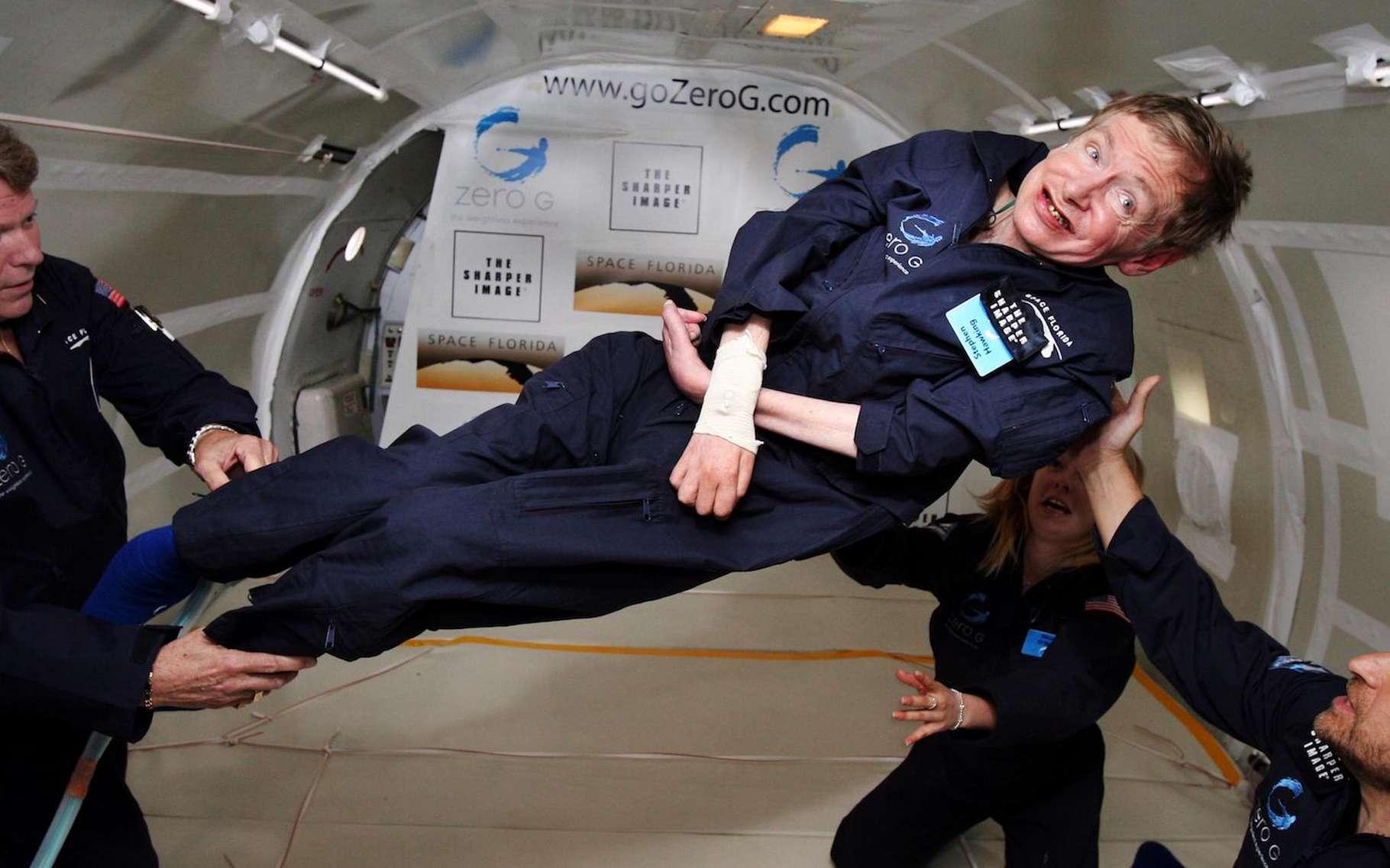 L'initiative de Stephen Hawking — ici pendant un vol dans un avion « zéro G » — de rendre sa thèse accessible au public inspirera-t-elle d'autres grands scientifiques? C'est ce qu'espère l'université de Cambridge — qui a vu passer presque 100 lauréats de prix Nobel. © Jim Campbell, Aero-New Network, Wikipedia, Domaine public