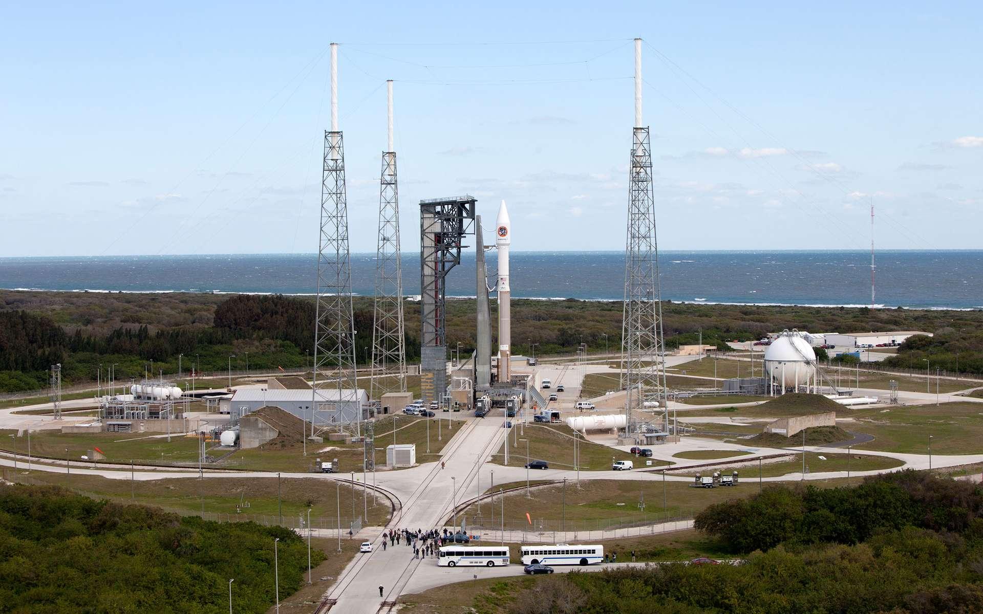 La Nasa s'apprête à provoquer « le plus grand incendie jamais provoqué par l'Homme dans l'espace ». Ici, le lanceur Atlas V avec à son bord le cargo Cygnus sur le pas de tir 41 de Cap Canaveral, en Floride. © Nasa, Bill White