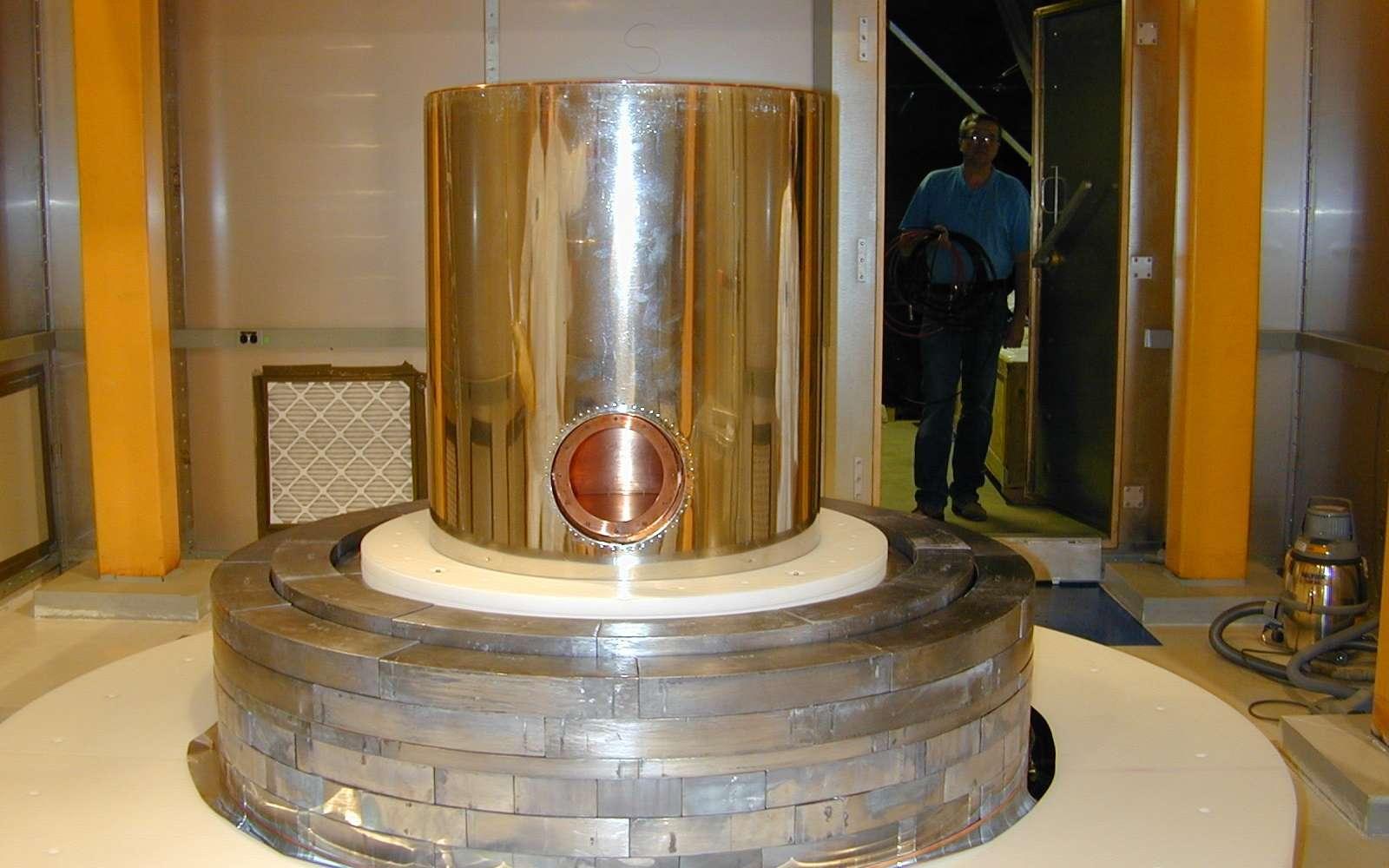 Une vue d'une partie du détecteur de CDMS en cours de montage. Crédit : cdms.berkeley.edu