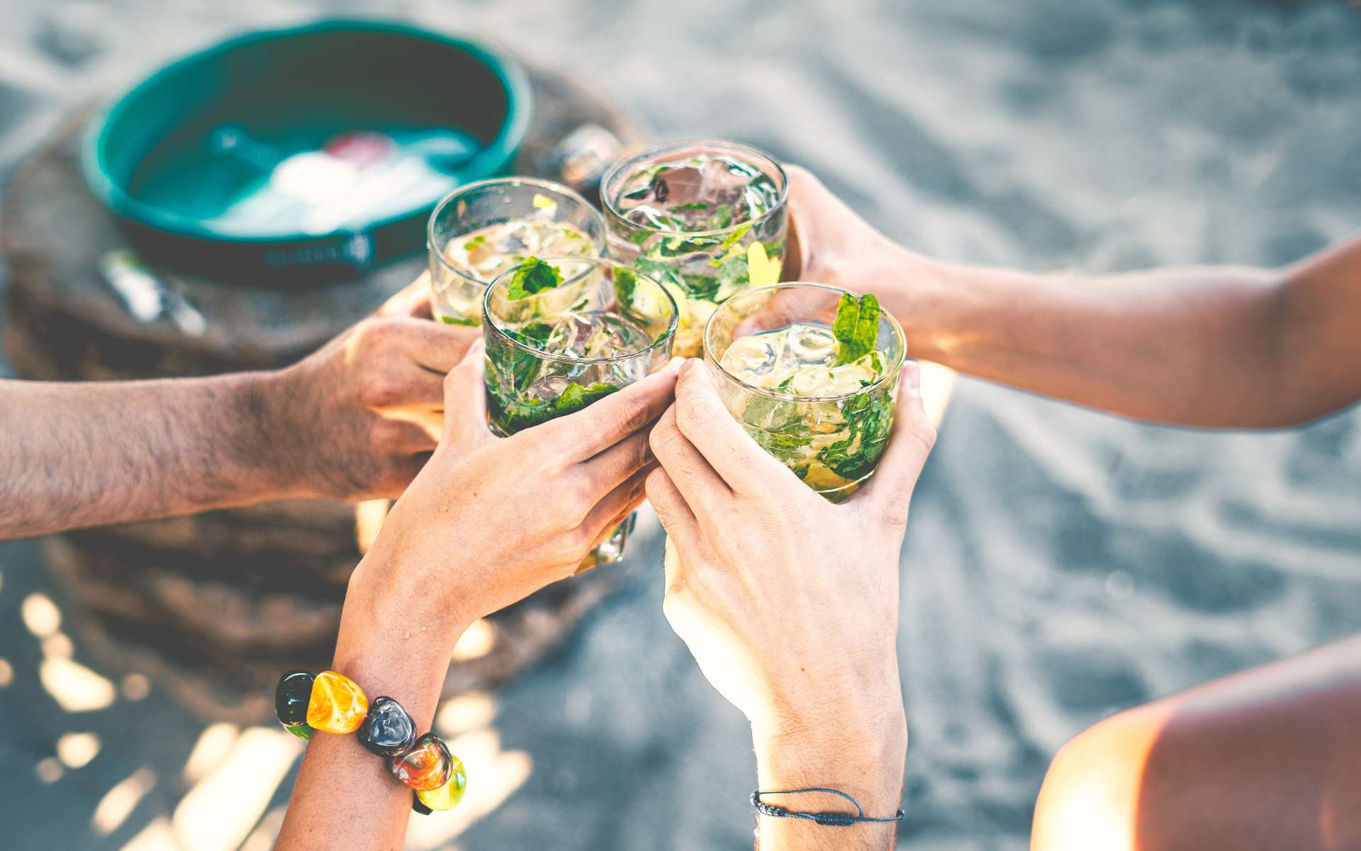 Toast entre amis au cours d'un apéritif. Ne pas oublier que l'abus d'alcool est dangereux pour la santé. À consommer toujours avec modération ! © G Lombardo, Adobe stock