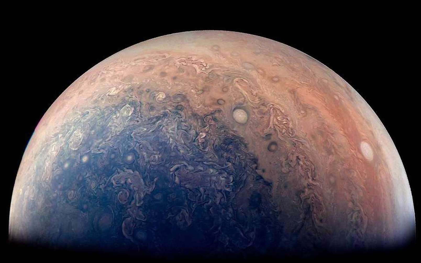 Une vue du pôle sud de Jupiter prise par la sonde Juno. Le traitement de Gabriel Fiset, citizen scientist (scientifique citoyen), accentue le contraste entre les différents motifs dans la haute atmosphère. © Nasa, JPL-Caltech, SwRI, MSSS, Gabriel Fiset