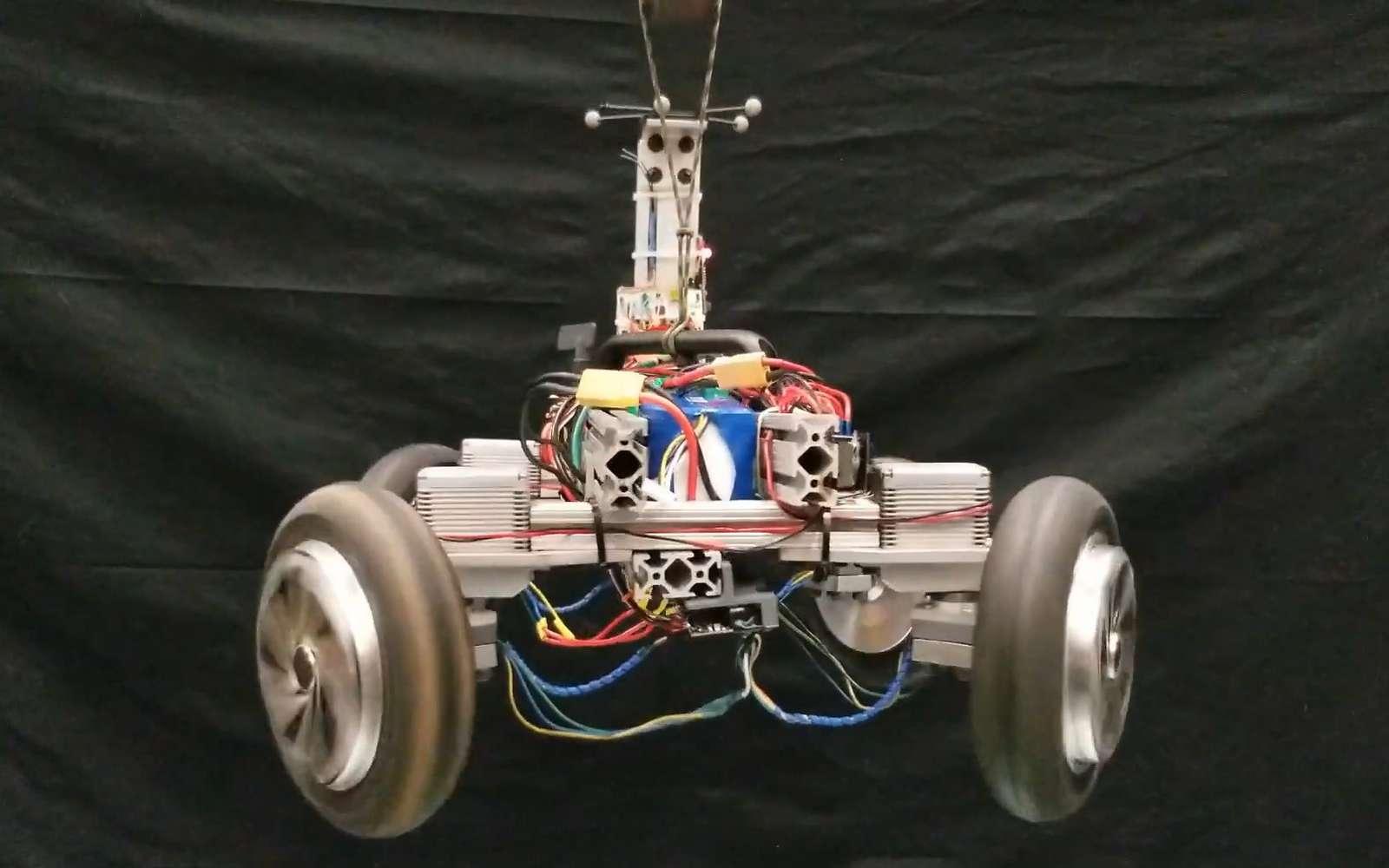 Le robot Agro peut se redresser pendant sa chute grâce à ses quatre roues motrices. © Académie militaire de West Point