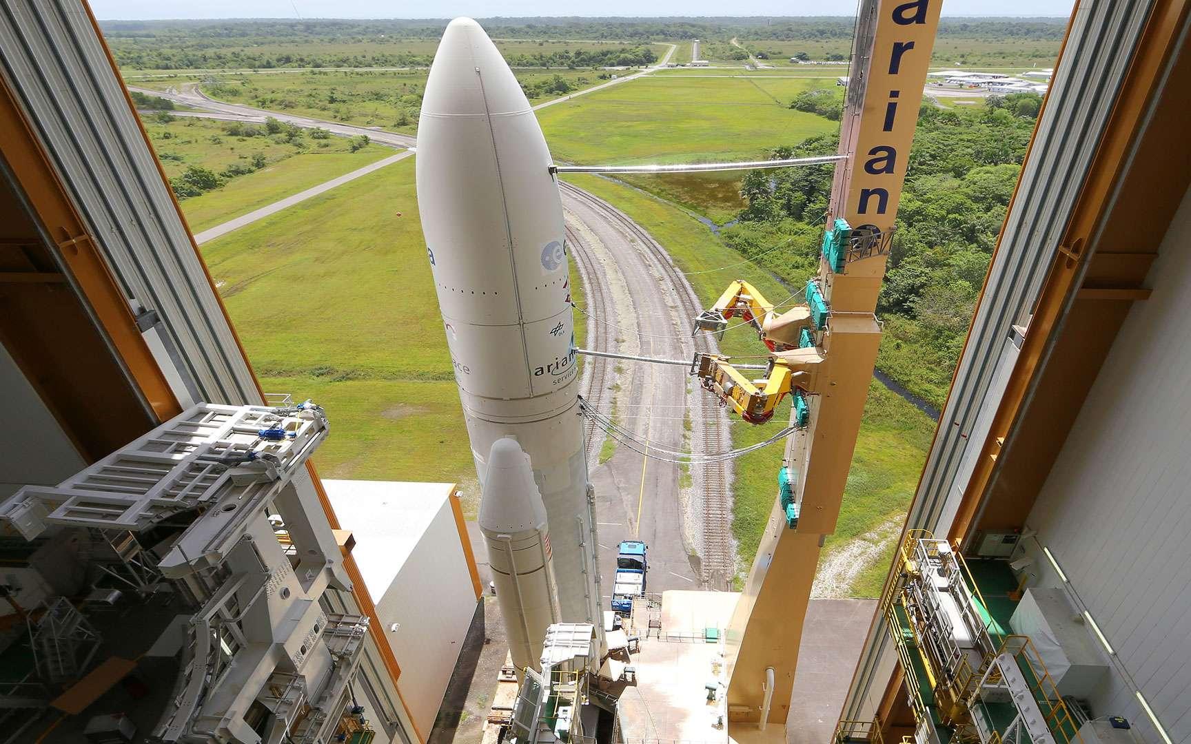 Ariane 1, premier vol. Premier lancement d'une Ariane (Ariane 1) le 24 décembre 1979. Ce premier vol a permis de lancer une charge utile de 1600 kg, contre 10 tonnes aujourd'hui par Ariane 5. Crédtis Cnes / Esa / Arianespace / CSG Service Optique