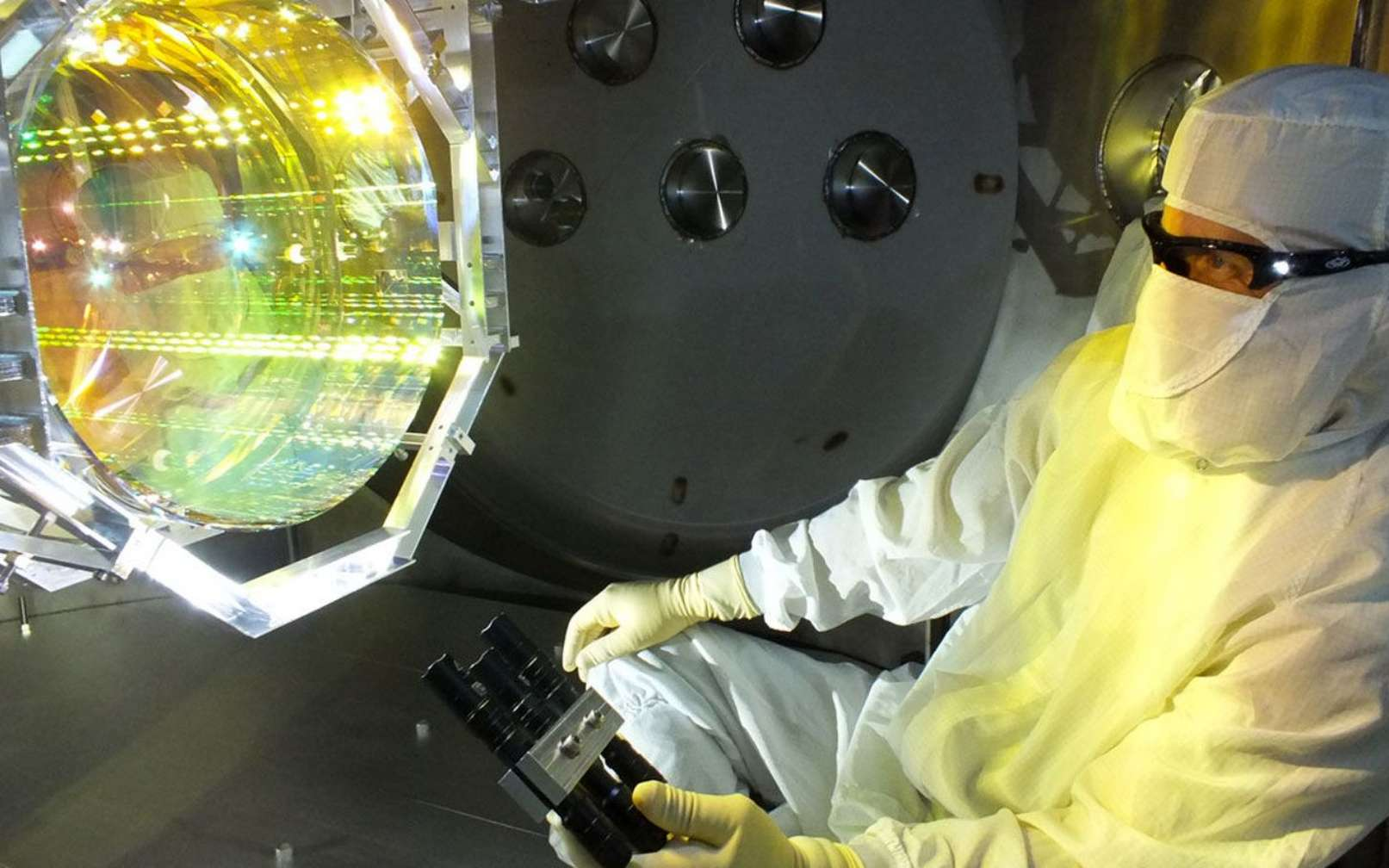 Les physiciens du MIT ont observé que les miroirs de 40 kilogrammes de Ligo peuvent se déplacer en réponse à de minuscules effets quantiques. Sur cette photo, un technicien en optique Ligo inspecte l'un des miroirs de Ligo. © Matt Heintze, Caltech, MIT, Ligo Lab