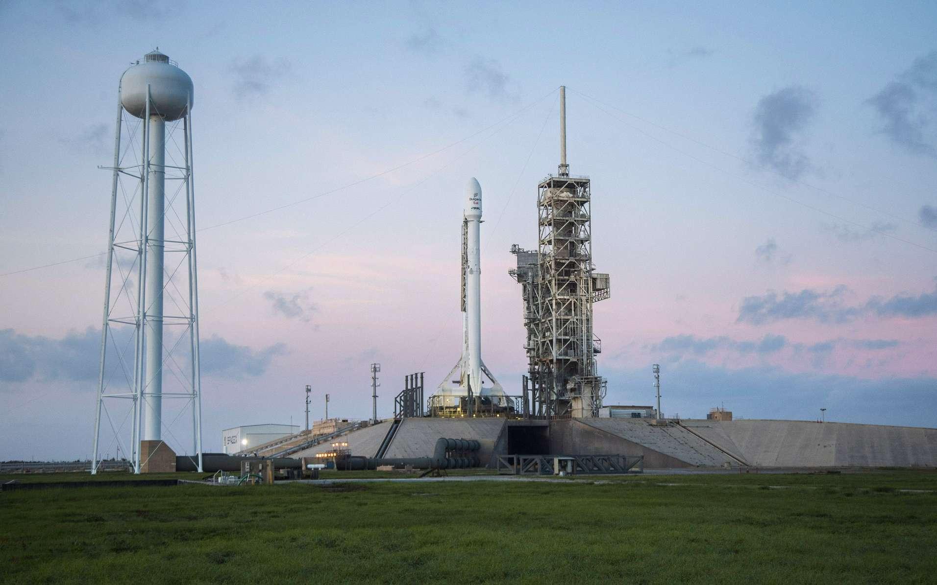 Un lanceur Falcon 9 sur son pas de tir du Centre spatial Kennedy de la Nasa, d'où décolleront les astronautes à destination de la Station spatiale internationale. © SpaceX
