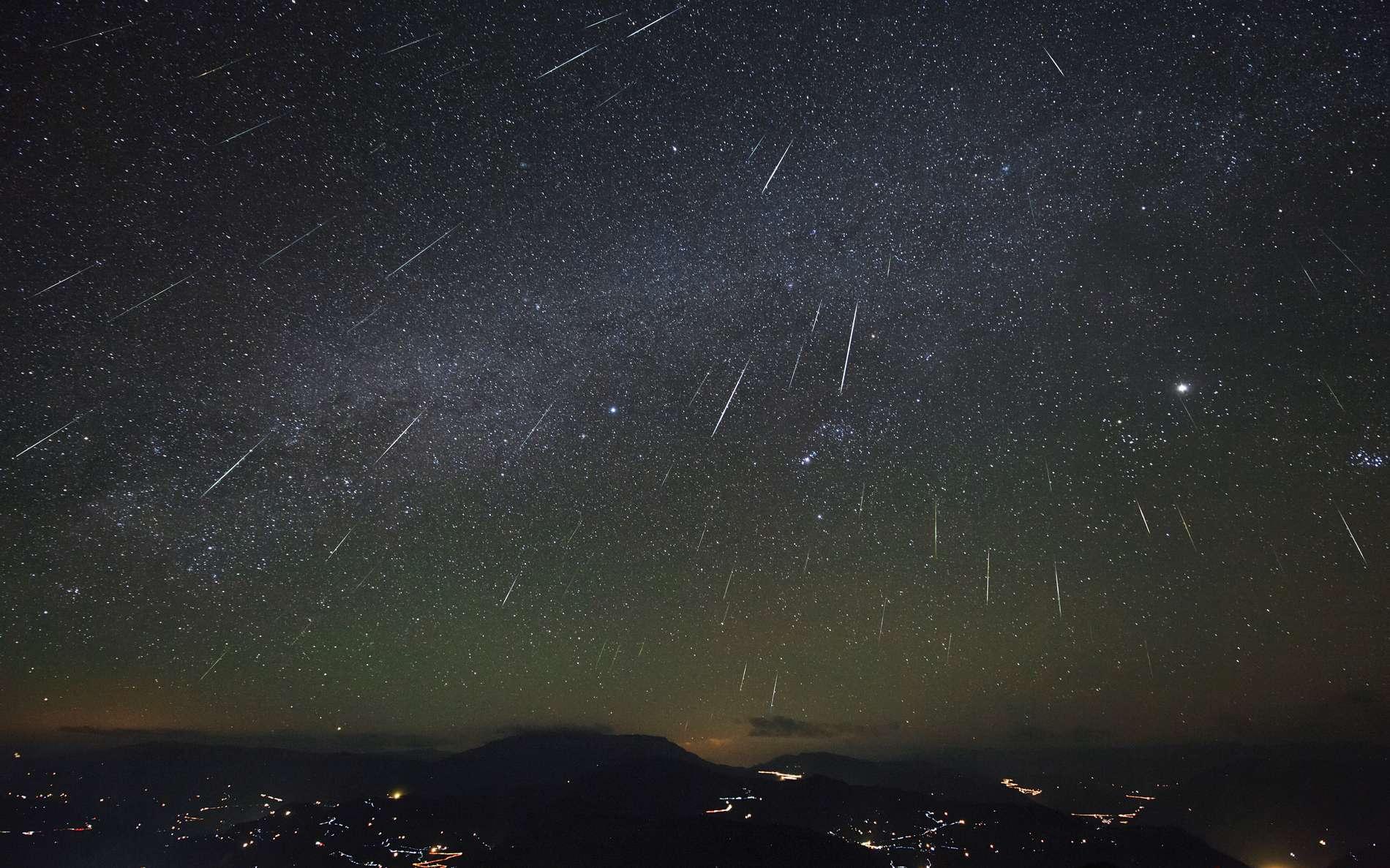 Photo composite de la belle pluie d'étoiles filantes appelée « les Géminides ». © Jeff Dai, Arizona State University