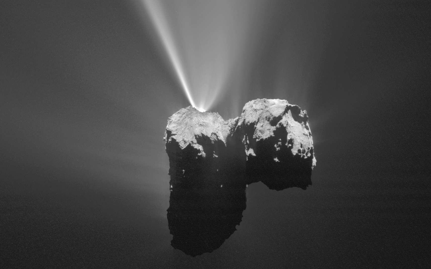 La comète Tchouri en pleine effervescence. Photo prise par la sonde Rosetta le 12 août 2015 au moment du périhélie. © ESA, Rosetta, MPS for OSIRIS Team MPS, UPD, LAM, IAA, SSO, INTA, UPM, DASP, IDA