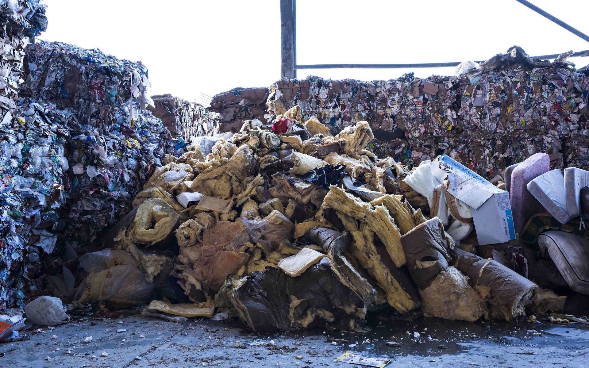 Isolant minéral 100 % recyclable, le recyclage de la laine de verre est assurée par Isover Recycling et ses partenaires à condition qu'elle soit triée au préalable par les entreprises (maîtres d'ouvrage). © Isoler