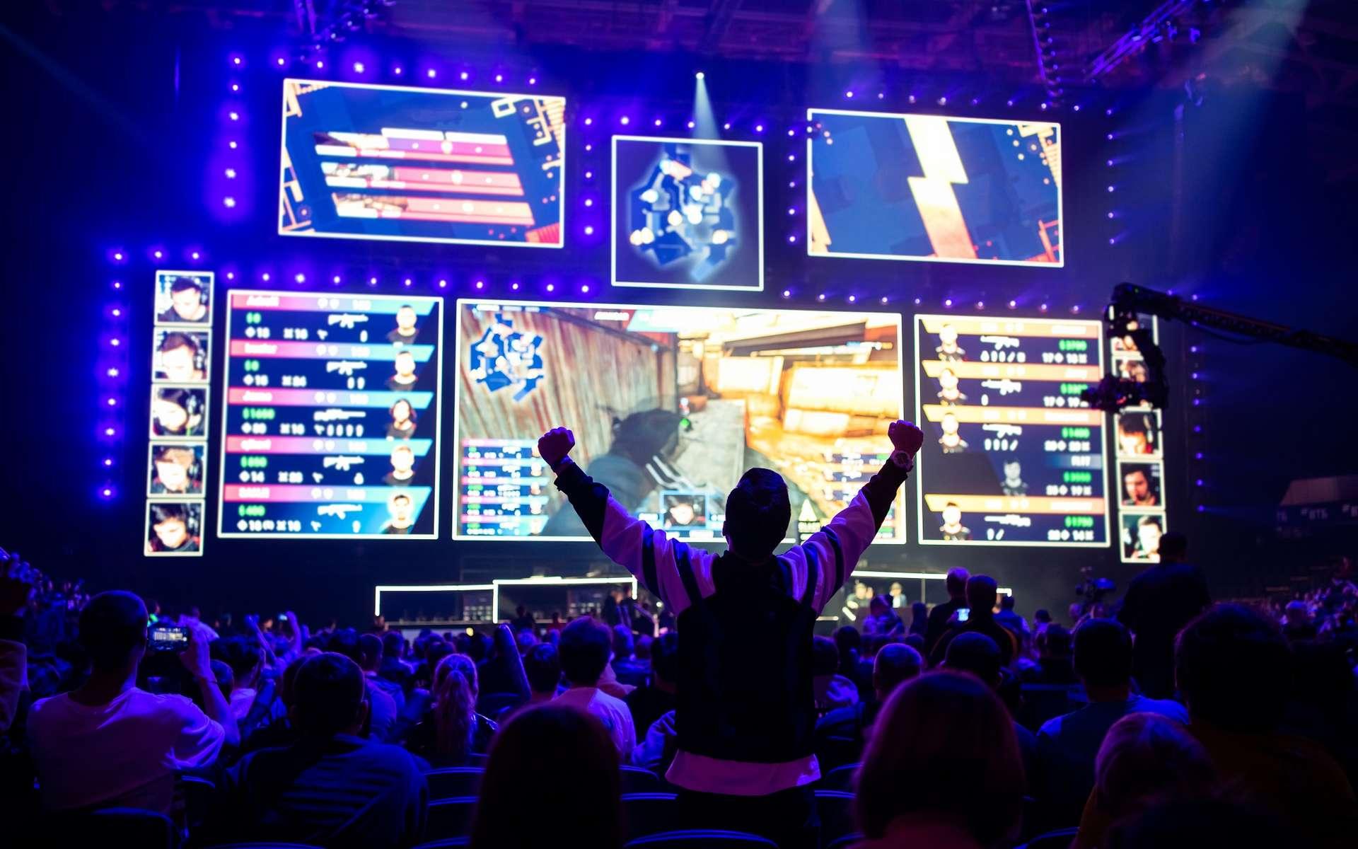 Les tournois e-sport rassemblent de plus en plus fans et mobilisent de plus en plus de moyens de communication comme les chaînes YouTube ou les réseaux sociaux. © romankosolapov, Adobe Stock.
