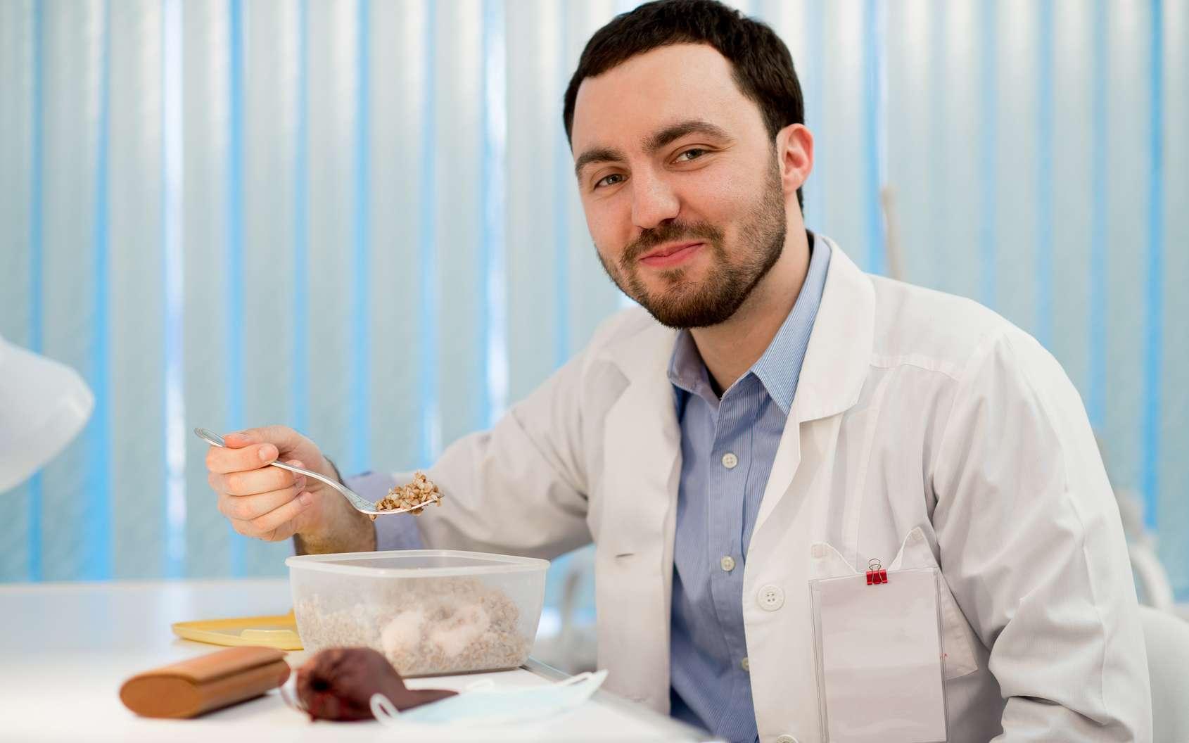 Pause déjeuner pour un homme travaillant en milieu médical. © romankosolapov, Fotolia