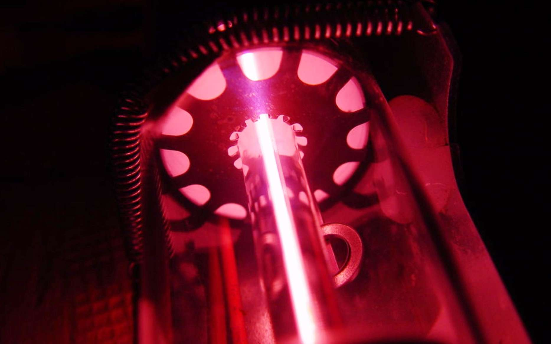 Des chercheurs irlandais viennent de mettre en évidence une nouvelle forme de lumière. Ici, un laser à hélium-néon semblable à celui qui leur a permis de vérifier une prédiction de la mécanique quantique datant des années 1980. © noomoahk, CC by 3.0