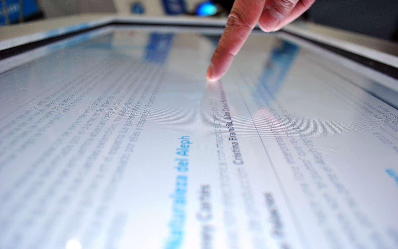Des chercheurs ont trouvé le moyen de fabriquer un papier électronique transparent à base de nanofibrilles de cellulose qui s'autoalimente par le toucher. Utilisé comme revêtement, il pourrait servir à protéger des objets ou des documents contre le vol ou la contrefaçon et également à produire des journaux ou des livres électroniques jetables. © ProtoplasmaKid, CC BY-SA 3.0, Wikimedia Commons