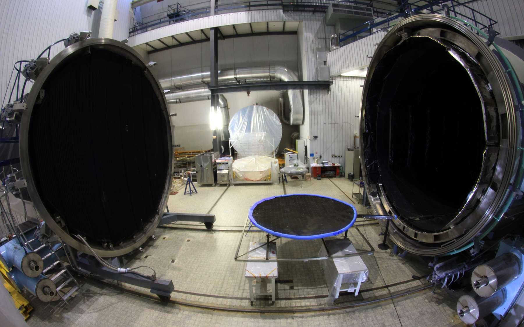 Cette nouvelle chambre à vide était une annexe dans laquelle se trouvait le dispositif de pompage et le miroir de collimation de Simles, une chambre de simulation spatiale du centre d'essais de Toulouse. © Intespace