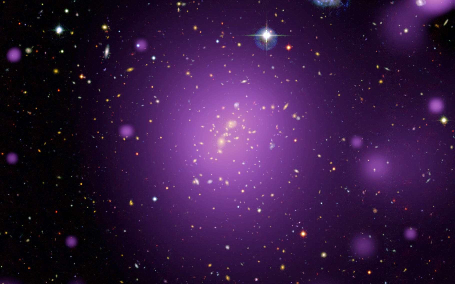 Des chercheurs ont étudié plusieurs centaines d'amas de galaxies aux rayons X. Leur conclusion : la vitesse d'expansion de notre Univers varie selon la direction. © ESA/XMM-Newton (X rays) ; CFHT-LS (optical) ; XXL Survey