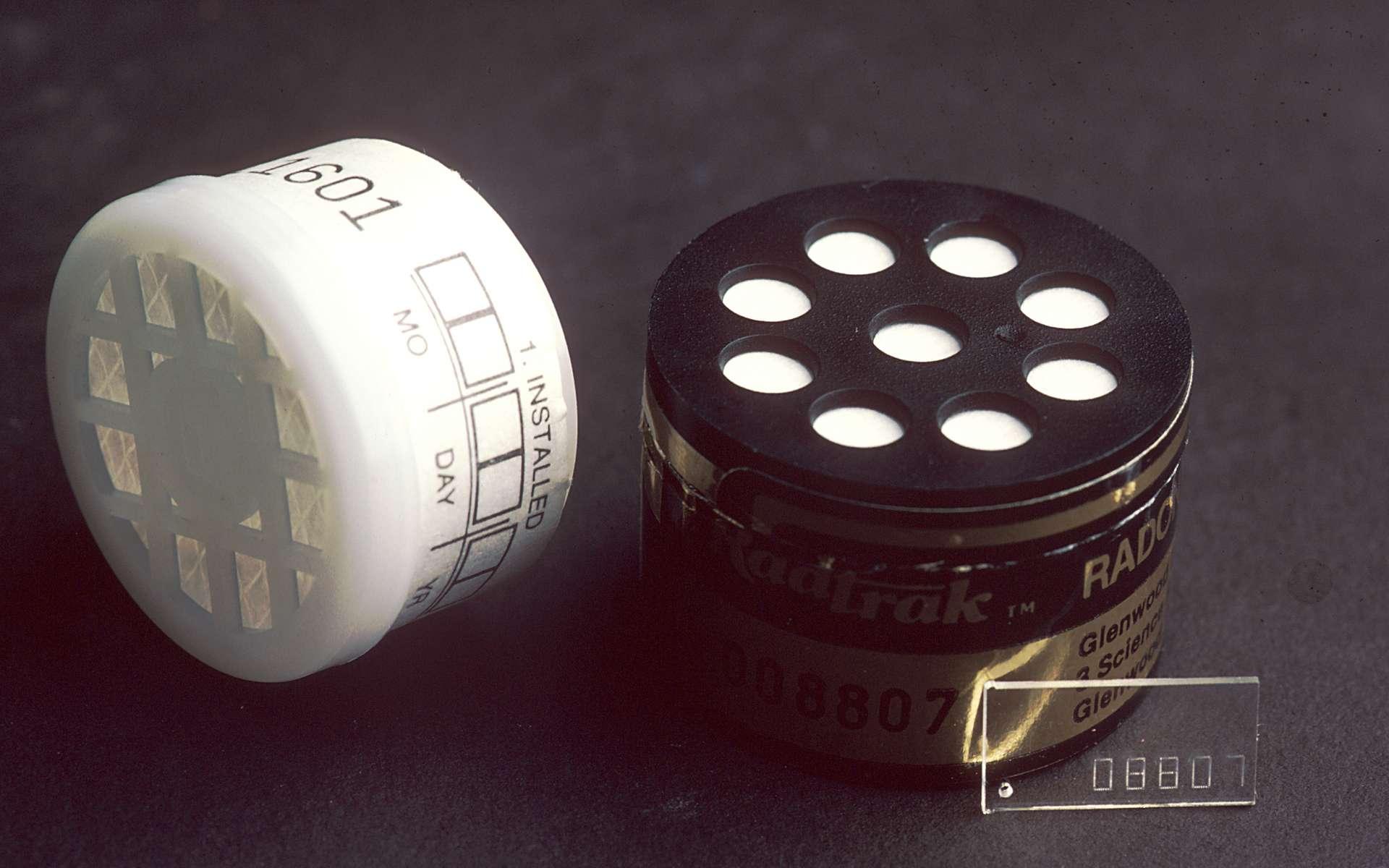 Il existe des kits permettant de détecter le radon ; ce gaz noble radioactif est un cancérogène probable. © visualsonline.cancer.gov, via Wikimedia Commons, DP