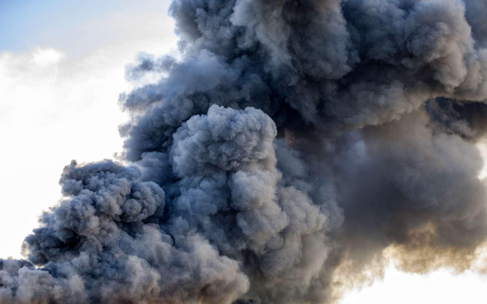 Les incendies de forêt géants dégagent une fumée aux caractéristiques proches de celle du panache d'une explosion nucléaire. © leszekglasner, Fotolia