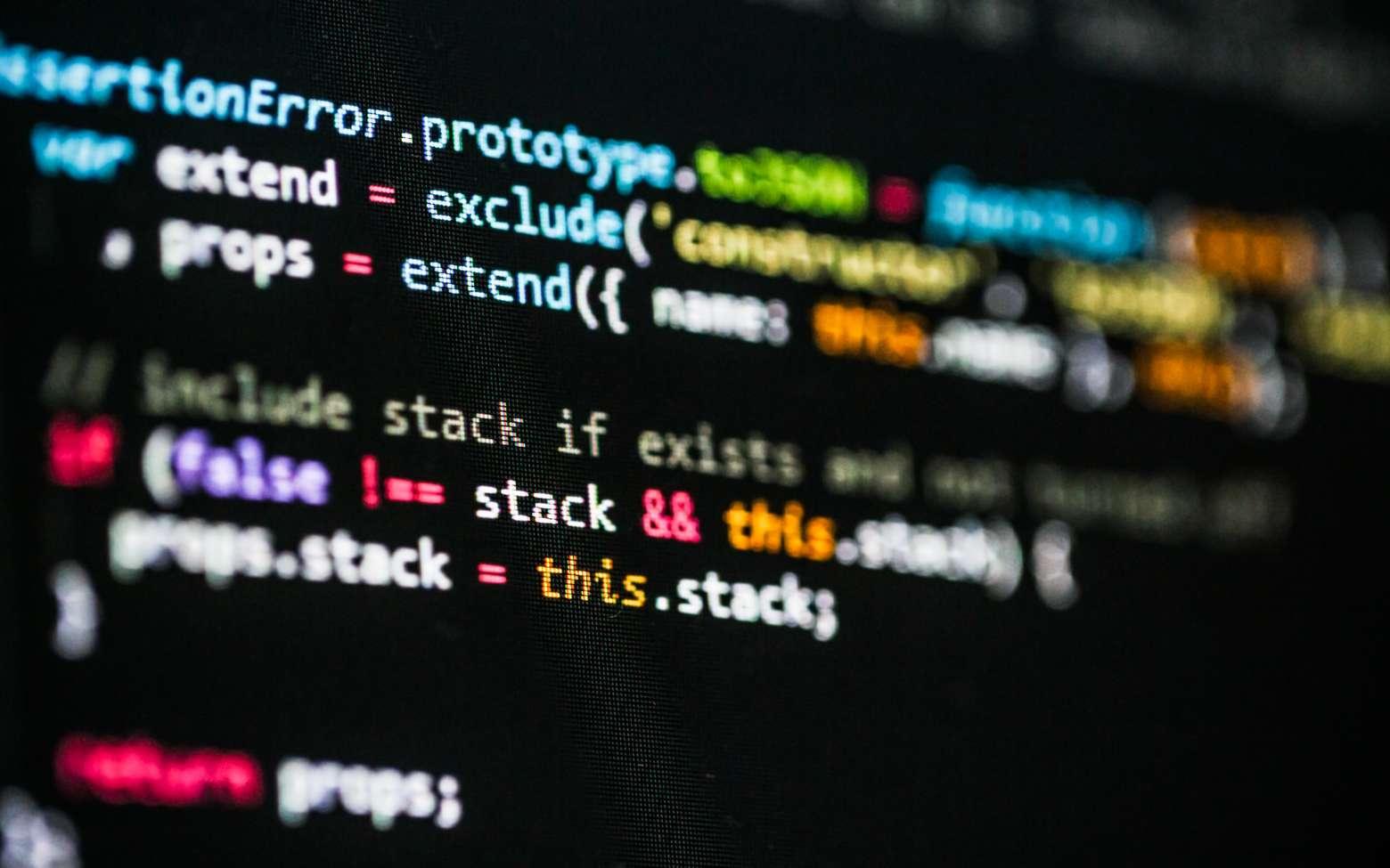 Le développeur informatique doit avant tout maîtriser les langages de programmation comme html ou xml pour créer ou modifier un site ou une application. © Sergey, Fotolia.