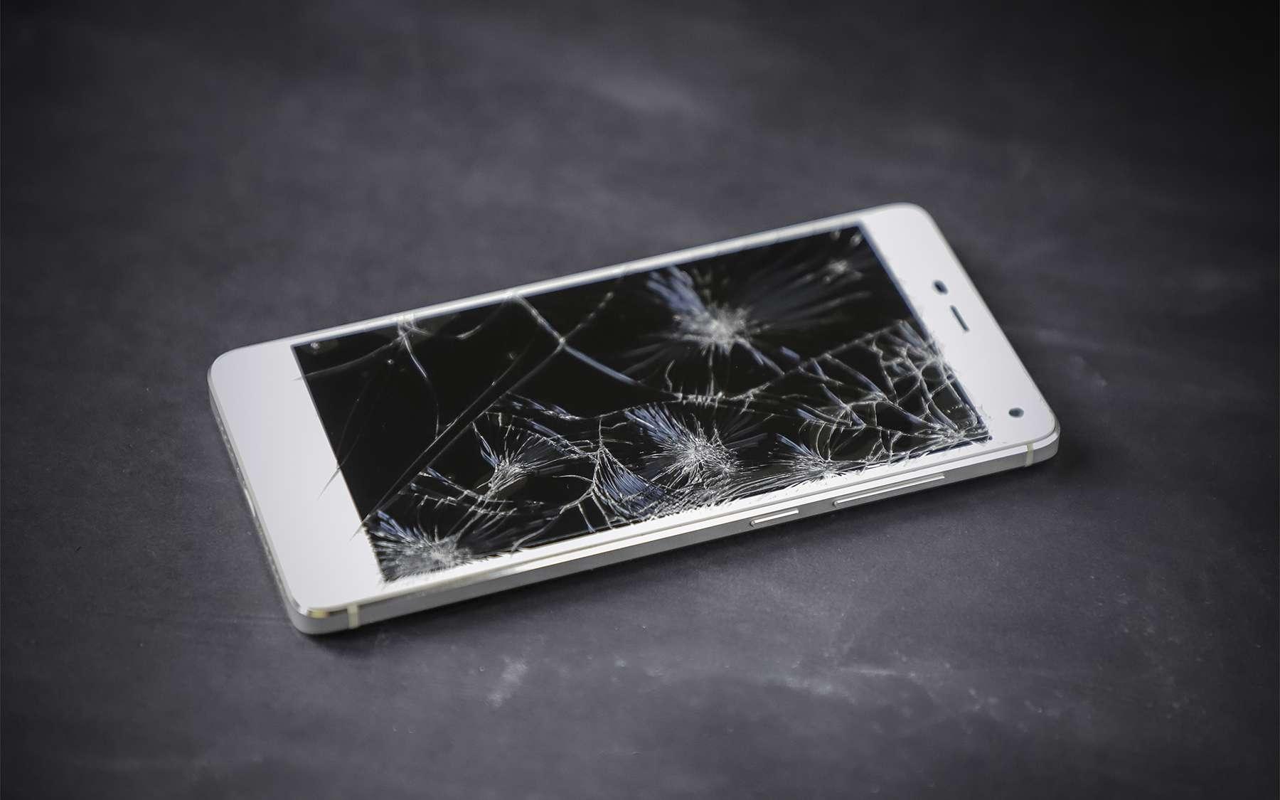 Un smartphone à l'écran brisé. © Adobe Stock