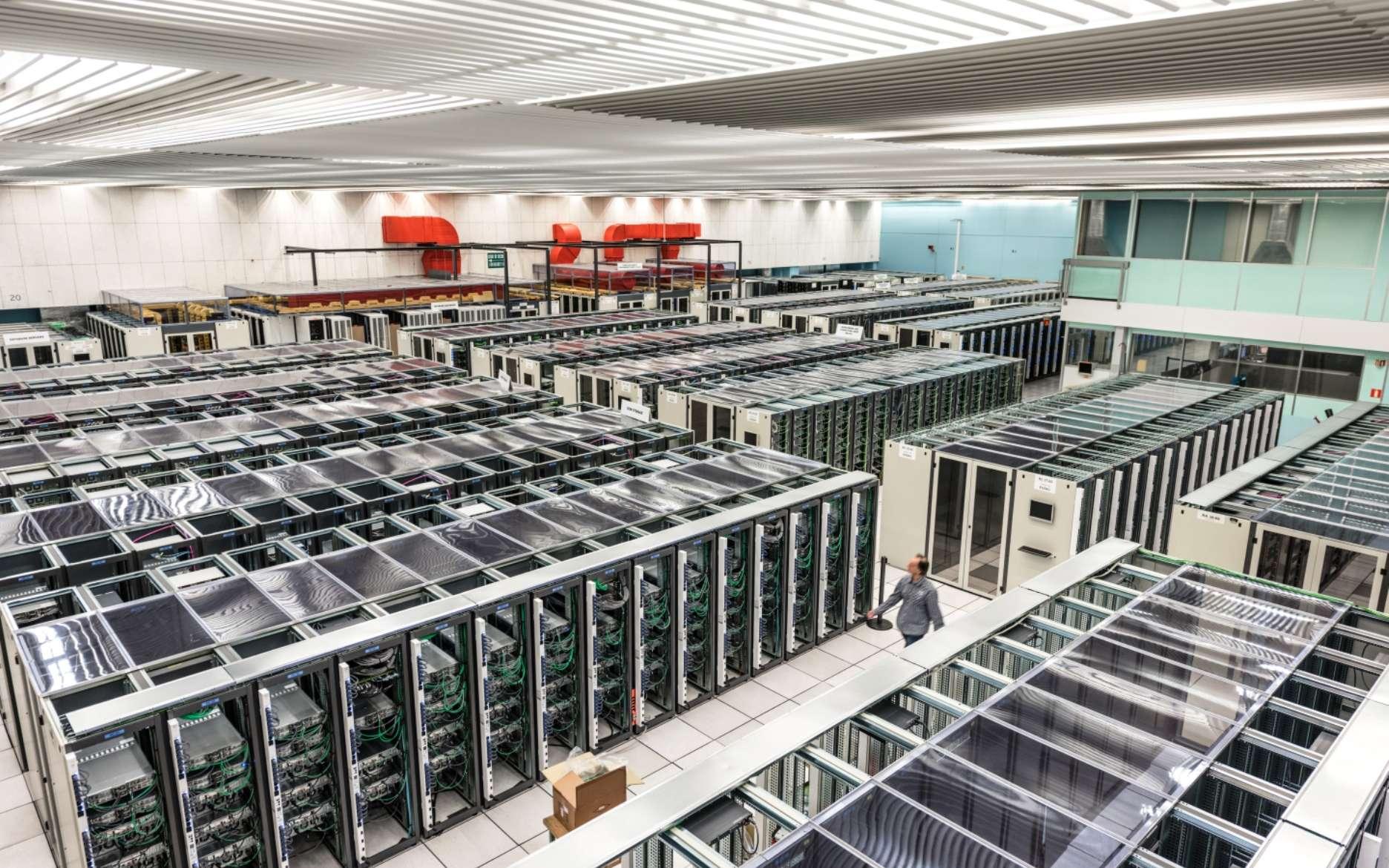 Le centre de calcul du Cern, un haut lieu du HPC (High-Performance Computing), c'est-à-dire du « calcul à haute performance » avec des superordinateurs. Sans lui, la découverte du boson de Brout-Englert-Higgs aurait été impossible. © Sophia Elizabeth Bennett, Cern