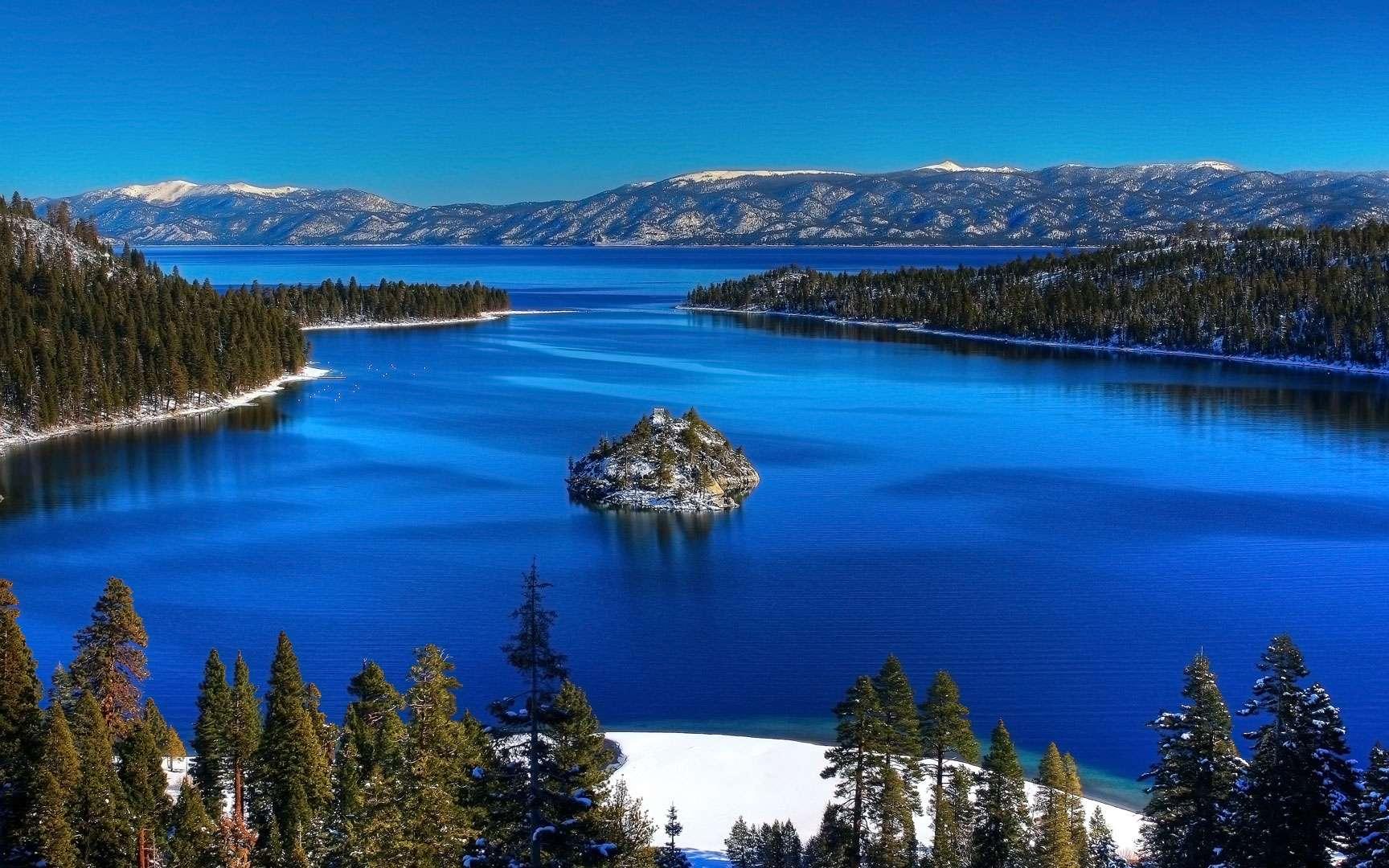 Le lac Tahoe, le plus beau des États-Unis. Situé à la fois en Californie et dans le Nevada, le lac Tahoe n'a rien de comparable en taille avec les Grands Lacs du nord-est des États-Unis, mais les surpasse en beauté, d'après des lecteurs américains sondés par USA Today. © Michael, Wikipédia, cc by 2.0