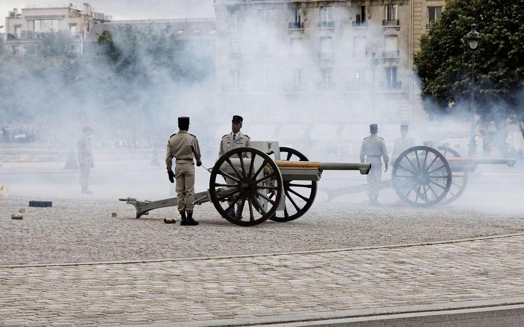 La batterie d'honneur de l'artillerie installée sur l'esplanade des Invalides en train de tirer la salve de 21 coups de canon en honneur du nouveau président de la République française. © Thesupermat, Wikimedia commons, CC 3.0