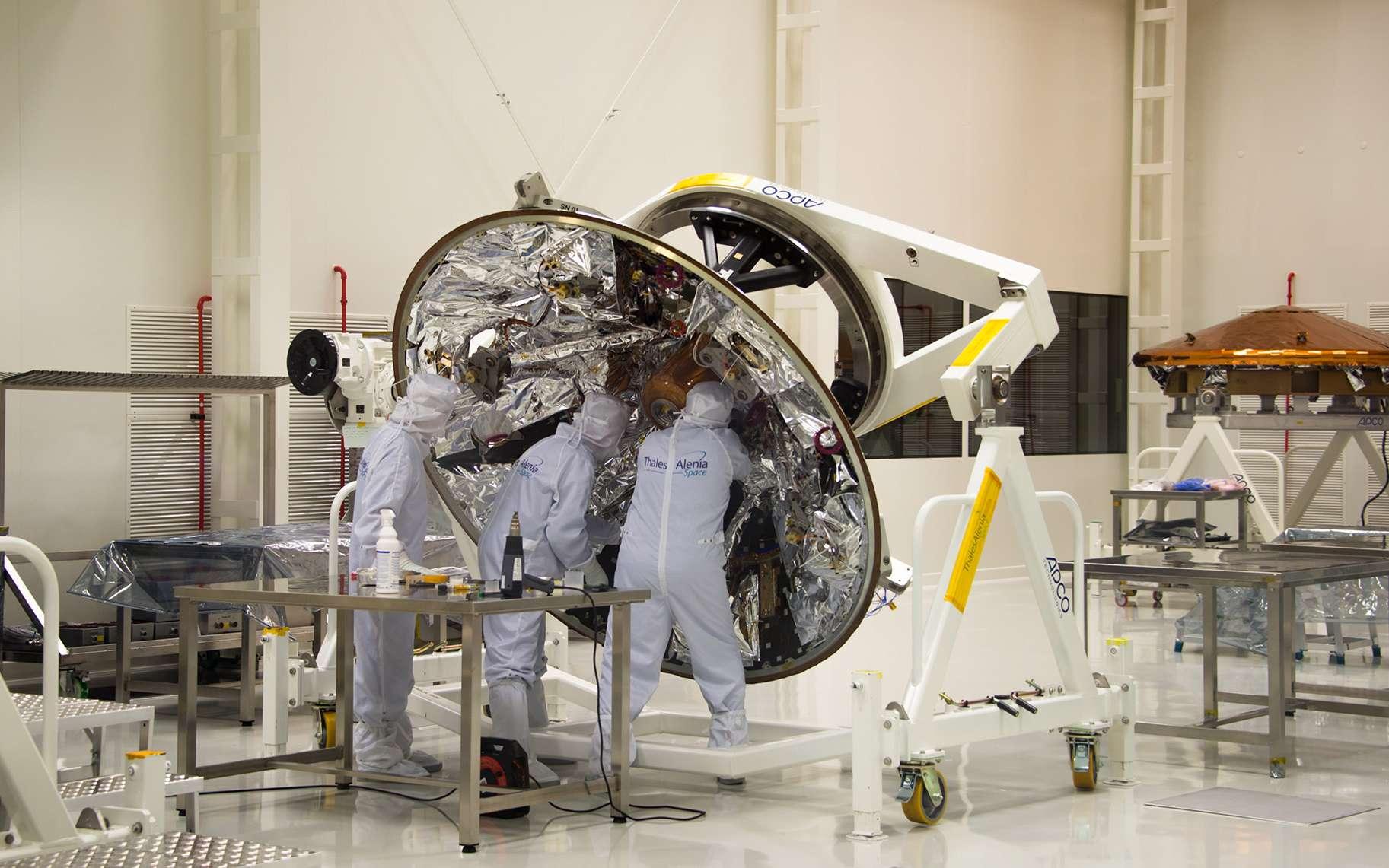 Les deux parties du bouclier thermique de la capsule Schiaparelli chez Thales Alenia Space, à Turin. Au premier plan, le cône arrière et, à droite, la partie avant qui subira les températures les plus chaudes lors de son entrée dans l'atmosphère et pendant une bonne partie de la descente. © ESA, D. Ducros