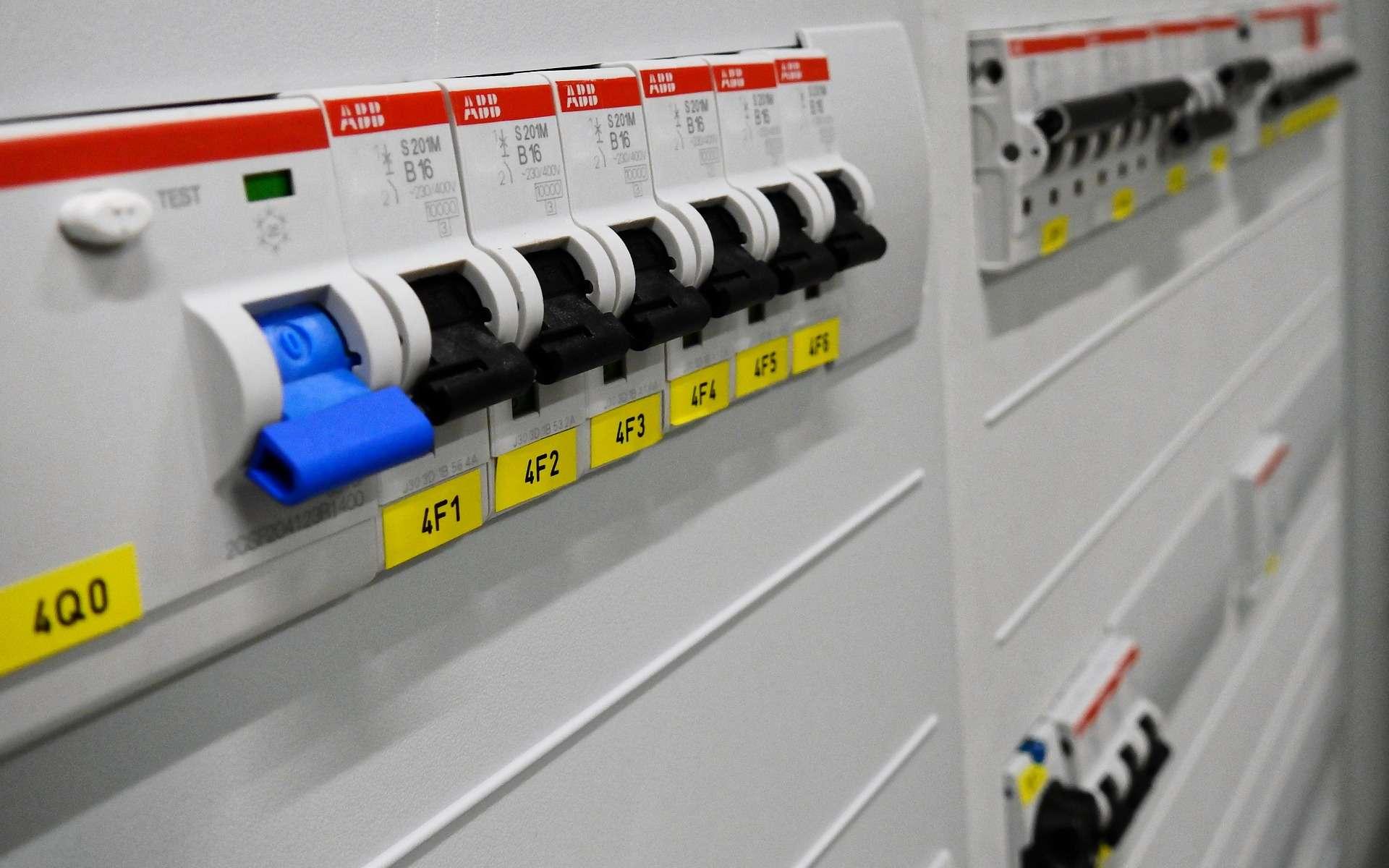 Le disjoncteur protège les personnes contre une électrocution et les appareils ménagers contre une surintensité. @ Bru-nO, Pixabay