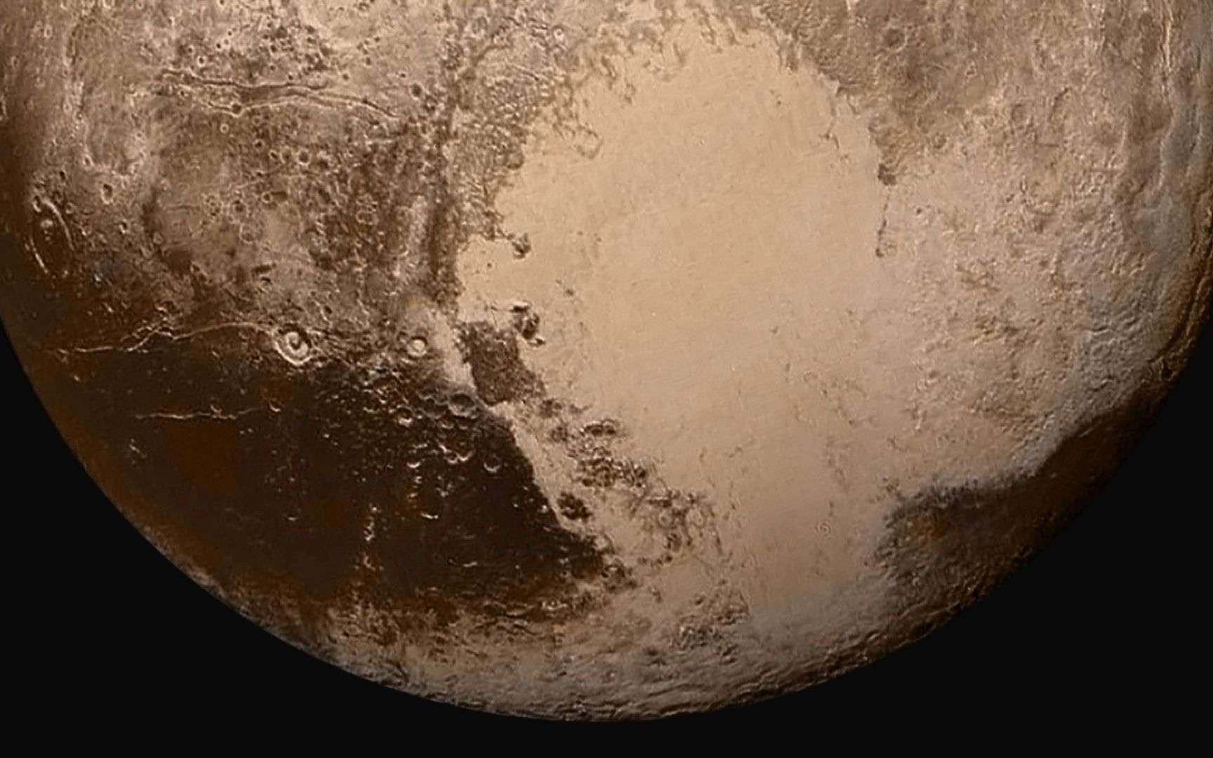 La planète naine Pluton vue par la sonde New Horizons, à 450.000 km de distance, au matin du 14 juillet 2015. De l'azote liquide semble avoir coulé à sa surface. © Nasa, John Hopkins University Applied Physics Laboratory, Southwest Research Institute