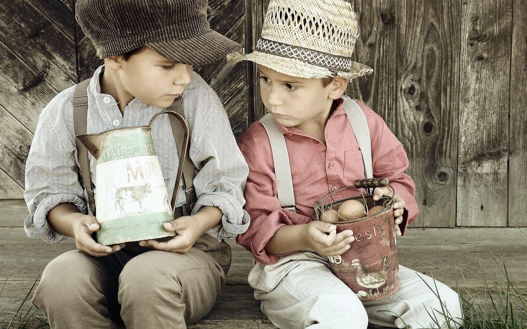 Il n'est pas rare que les enfants aient envie de ce que possèdent leurs frères ou sœurs. © S.Kobold, Fotolia