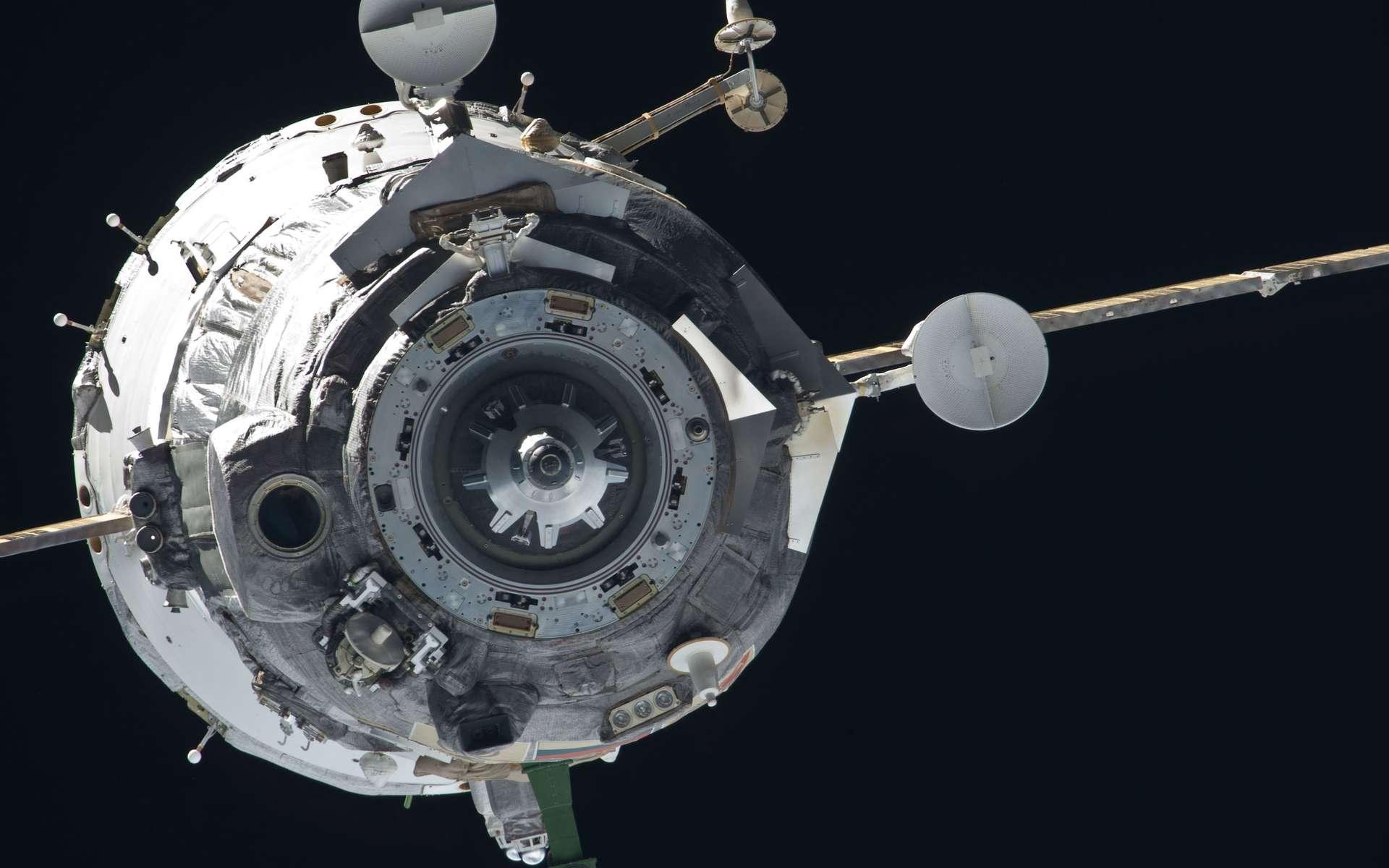 Moins d'un mois après la décision de suspendre les vols habités vers l'ISS, la situation s'éclaircit avec la décision russe de les reprendre. Du coup, le retour d'orbite ce vendredi de trois astronautes se fera dans un climat apaisé. © Nasa