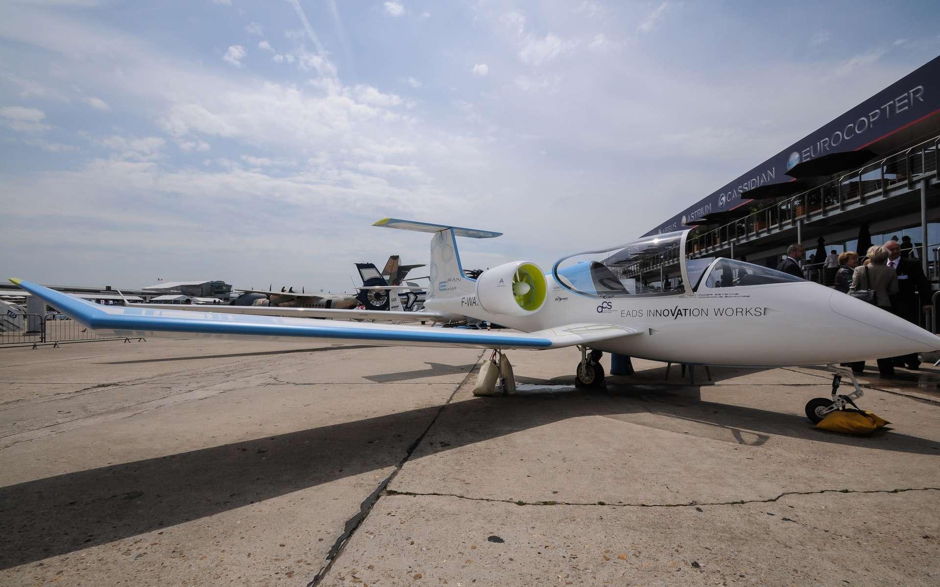 L'E-Fan, un élégant prototype conçu par EADS et mû par deux moteurs électriques actionnant des hélices carénées. L'engin n'a pas encore volé mais EADS en fait un laboratoire pour de futurs modes de propulsion moins gourmands en pétrole. © EADS