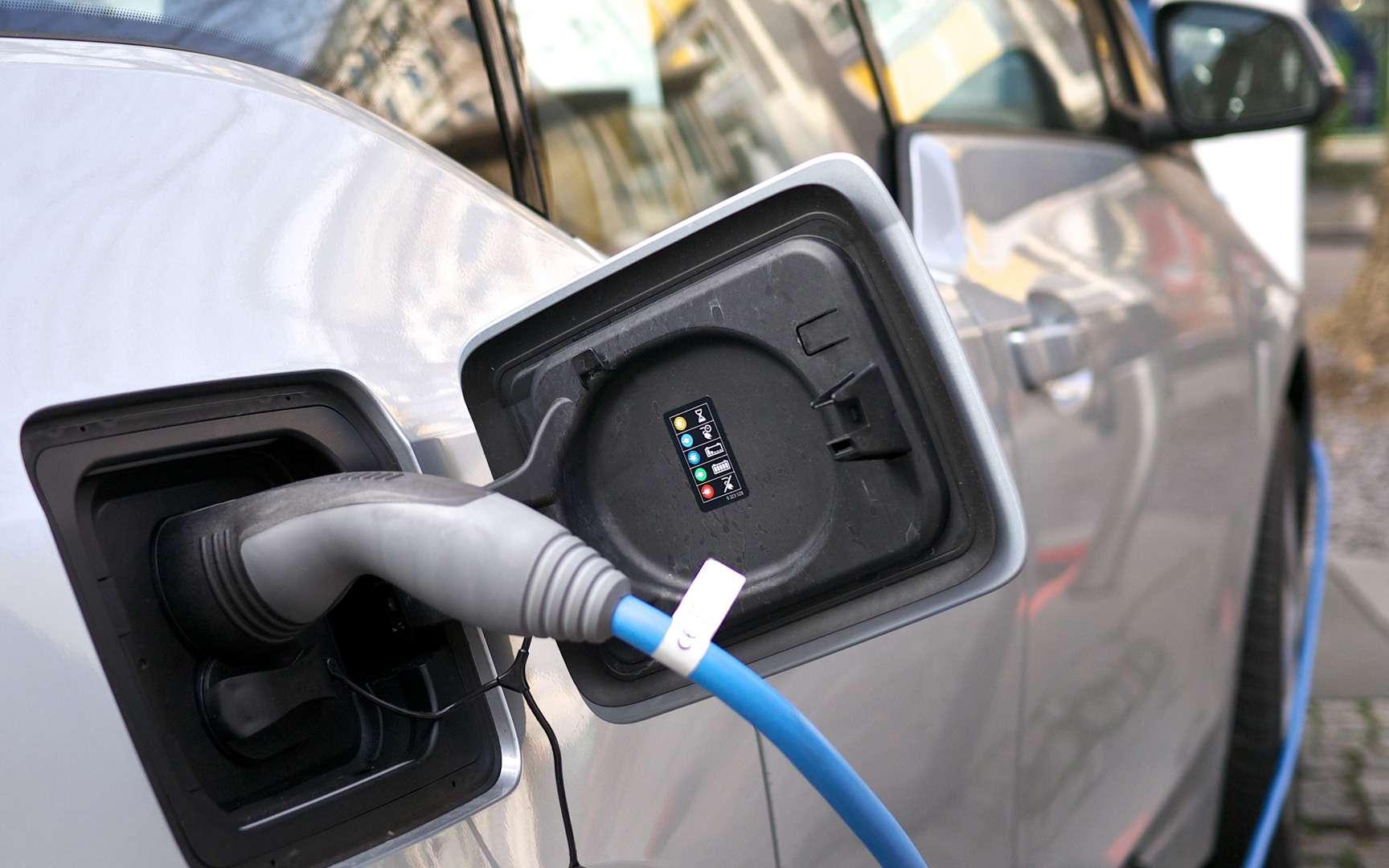 La charge d'une voiture électrique à domicile peut prendre jusqu'à 10 heures. Si elle est plus rapide sur une borne de recharge, faire le plein d'électricité reste pour l'instant beaucoup plus long que de réaliser le plein d'essence. © Bouygues