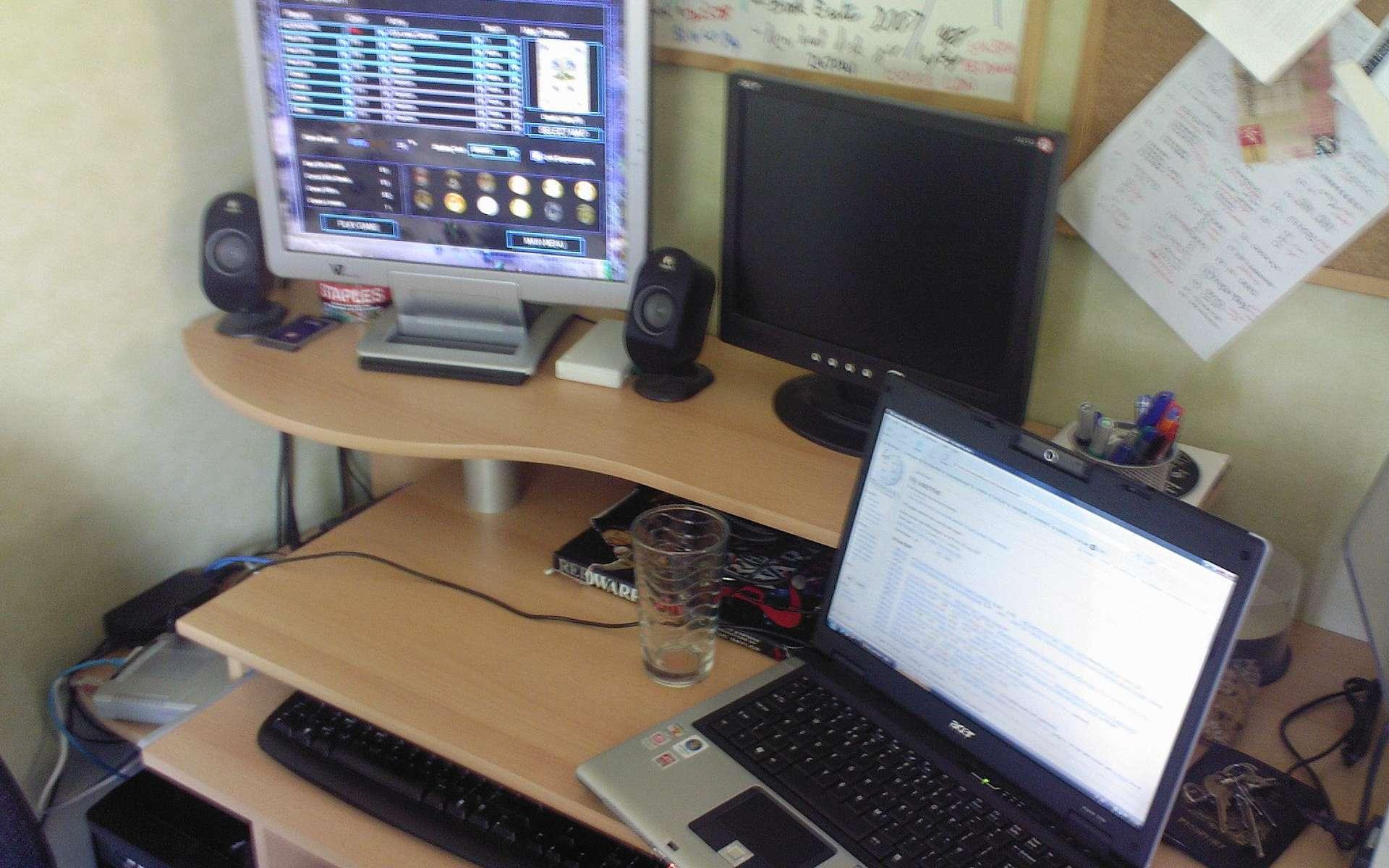 On ne choisit pas son bureau en fonction de sa seule esthétique. Il est bon également de tenir compte de nos besoins, des appareils à y poser, de notre confort et de la taille de la pièce dans laquelle il sera placé. © Deskana, Wikimedia Commons, cc by sa 3.0