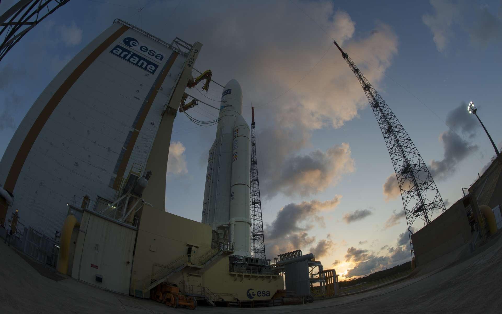 Le lanceur Ariane 5 ES photographié le 29 juillet 2014 au matin lors de son transfert vers le pas de tir. Le lancement du vol VA219, avec l'ATV-5 Georges Lemaître, est prévu le 29 à 23 h 44 en temps universel. © Esa, S. Corvaja, 2014
