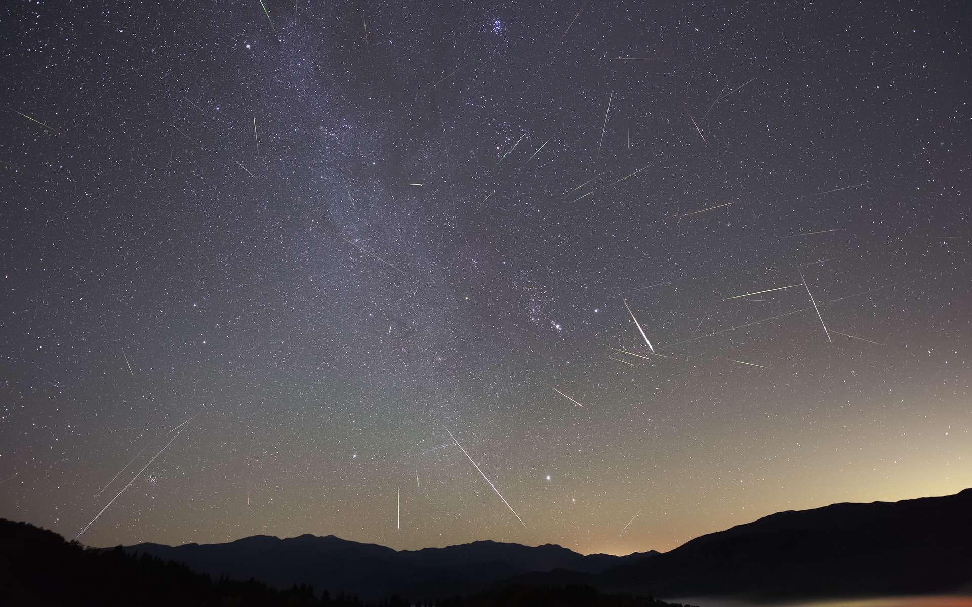 L'essaim météoritique des Orionides. Comme on peut le voir sur cette photo composite, la majorité des étoiles filantes semblent projetées dans le ciel depuis le bras d'Orion. © Yasushi-Aoshima