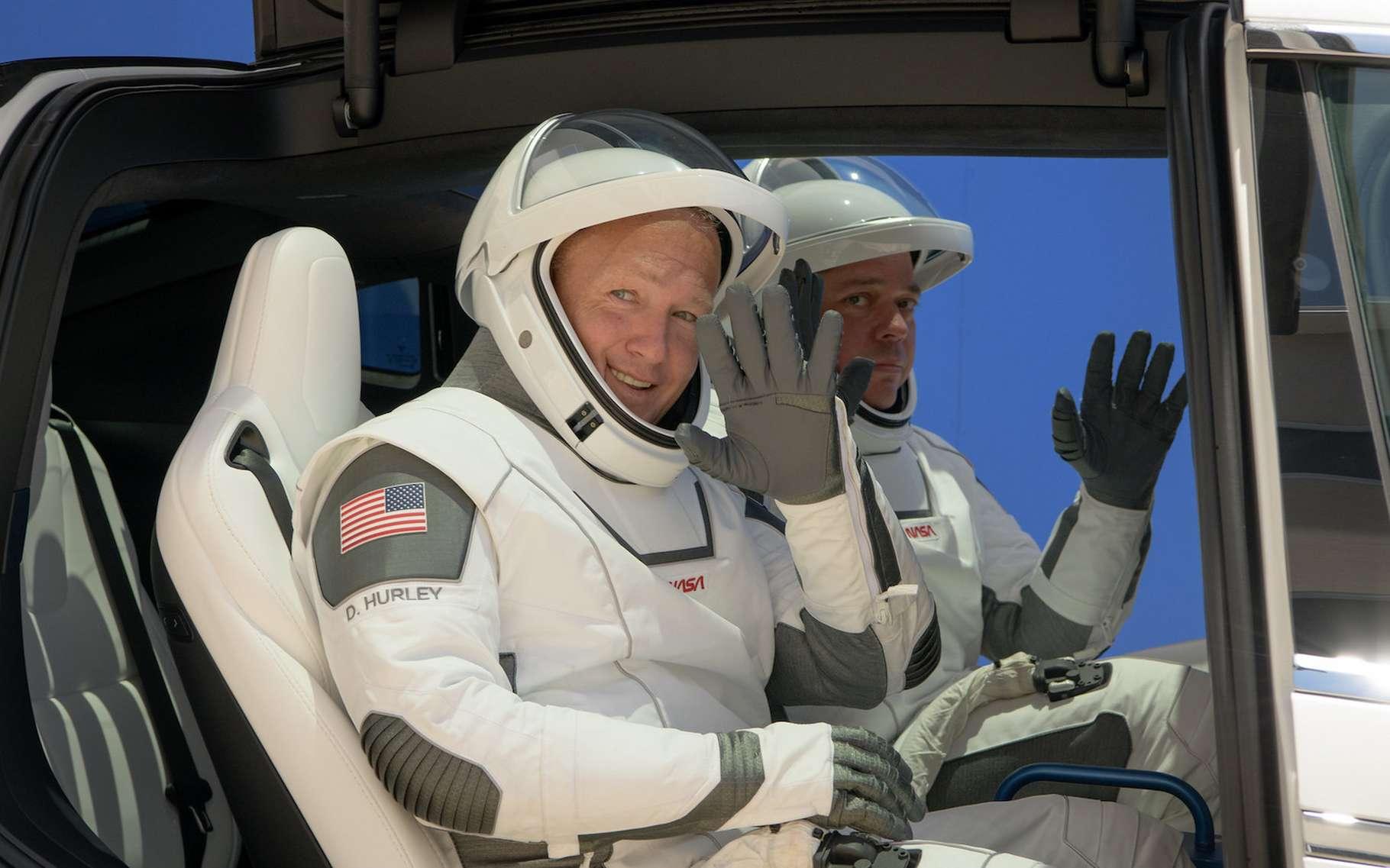 Robert Behnken — à l'arrière-plan — et Douglas Hurley — au premier plan — seront les deux astronautes à bord du Crew Dragon de SpaceX qui s'envolera vers la Station spatiale internationale ce mercredi 27 mai 2020. Ils portent ici les nouvelles combinaisons spatiales conçues aussi par Space X. © Nasa