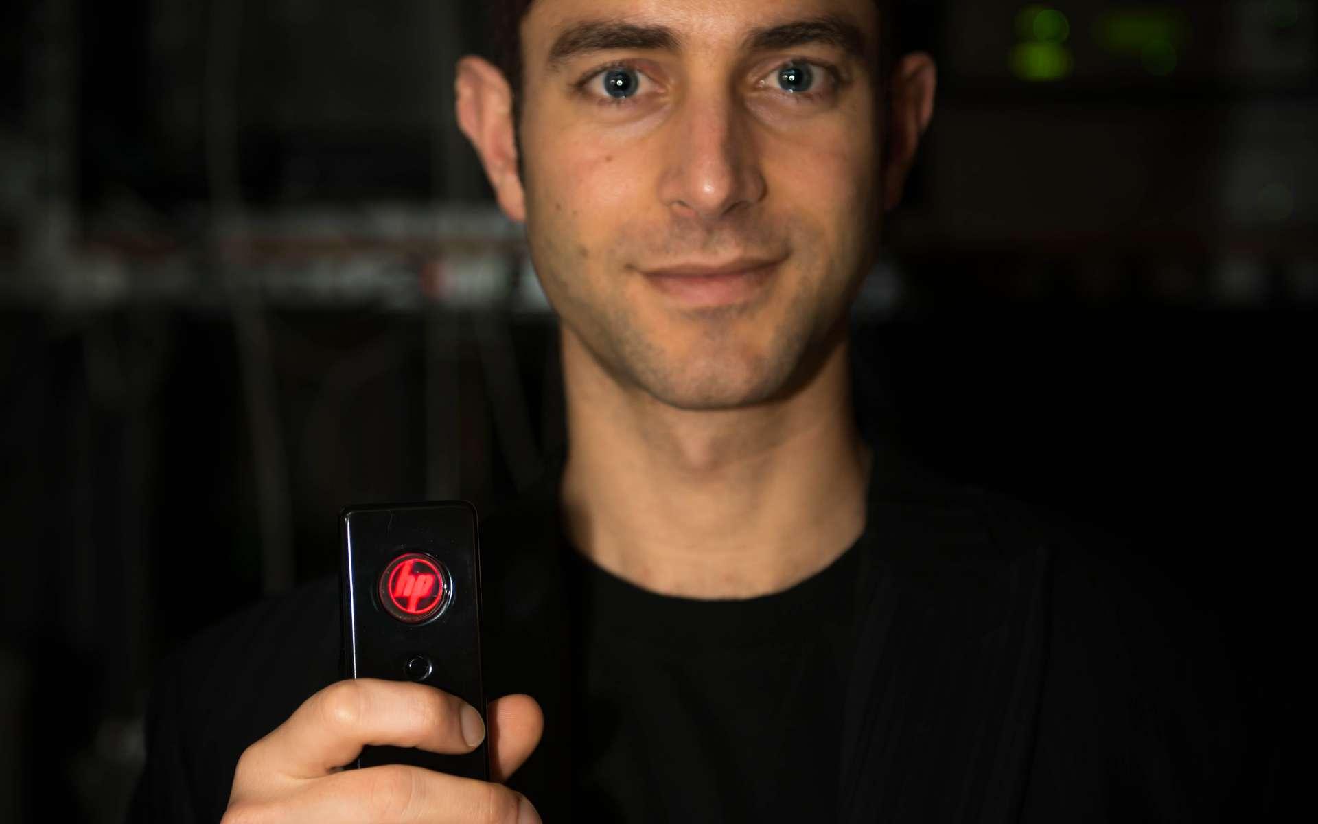 Le chercheur français David Fattal travaille actuellement dans le groupe de nanophotonique des HP Labs de Palo Alto, en Californie. Diplômé de l'École polytechnique (major de promotion) et de l'université Stanford, il est lauréat du prix MIT Technology Review qui vient de lui être décerné en tant que jeune innovateur français de moins de 35 ans. Il compte à son actif une cinquantaine de brevets. © HP, Nature