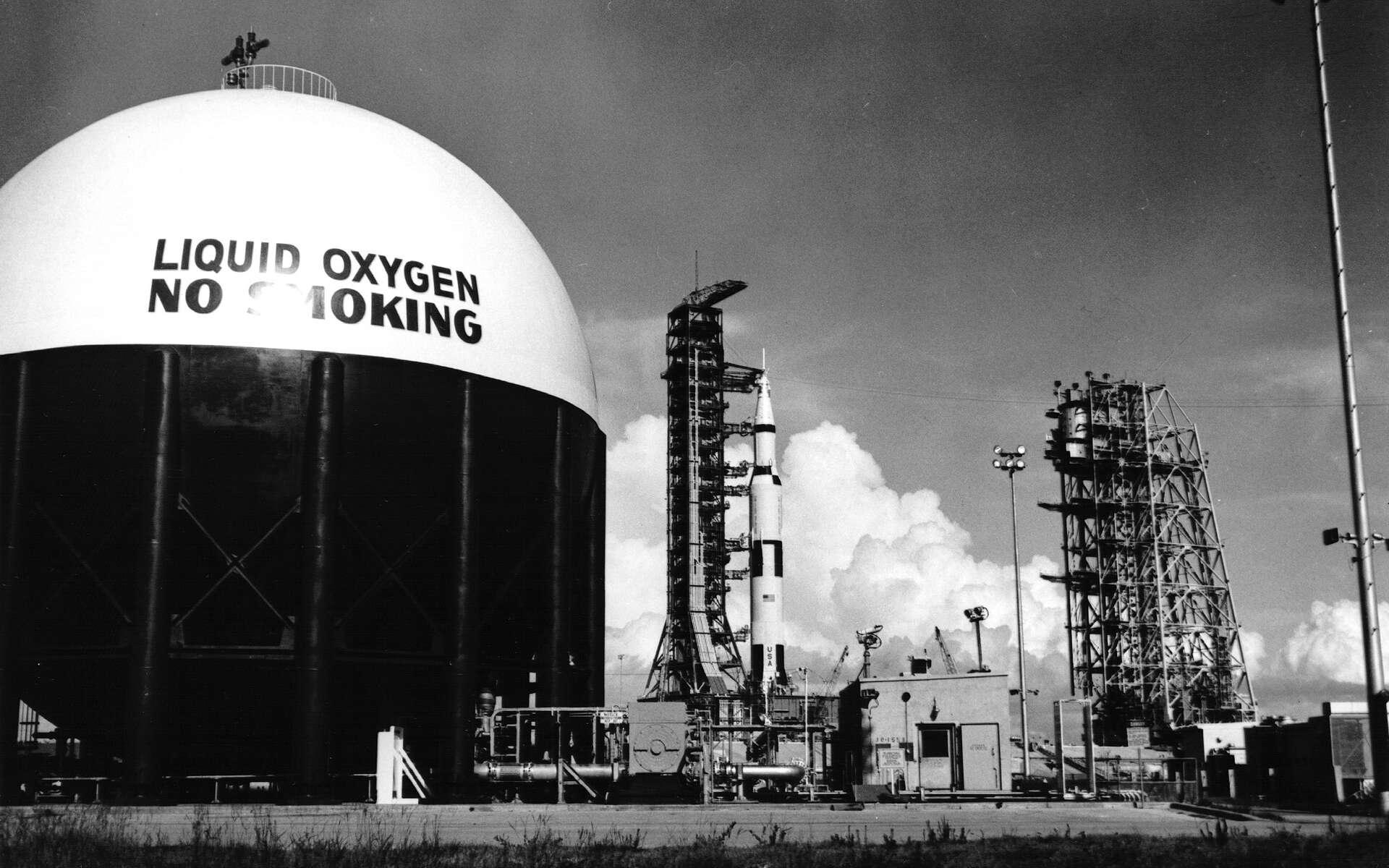 Saturne V sur son pas de tir le 11 juillet 1969. Le système d'accès mobile est retiré pour un test du compte à rebours. © Nasa