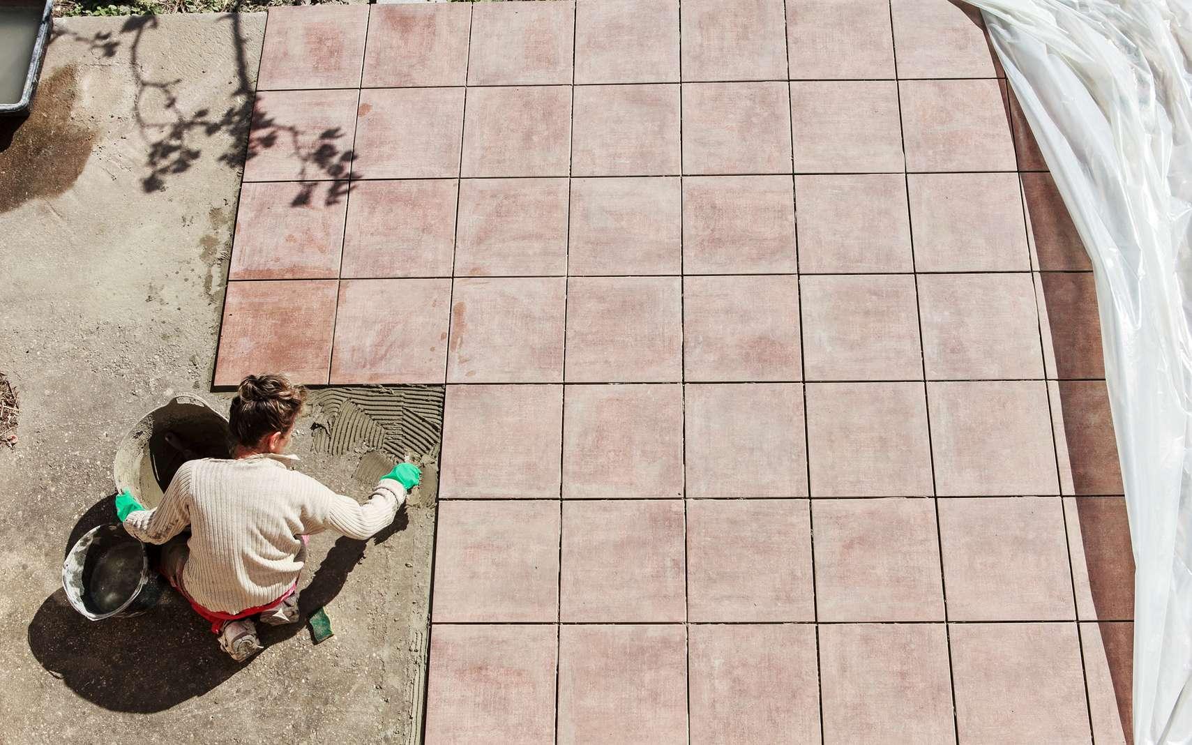 Poser le carrelage extérieur d'une terrasse est facile mais demande précision et rigueur. © delkoo, fotolia